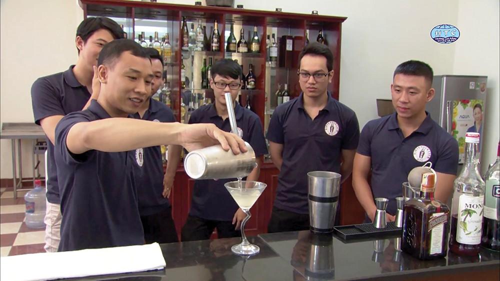 Buổi học thực tiễn pha chế đồ uống của sinh viên Cao đẳng du lịch Hà Nội