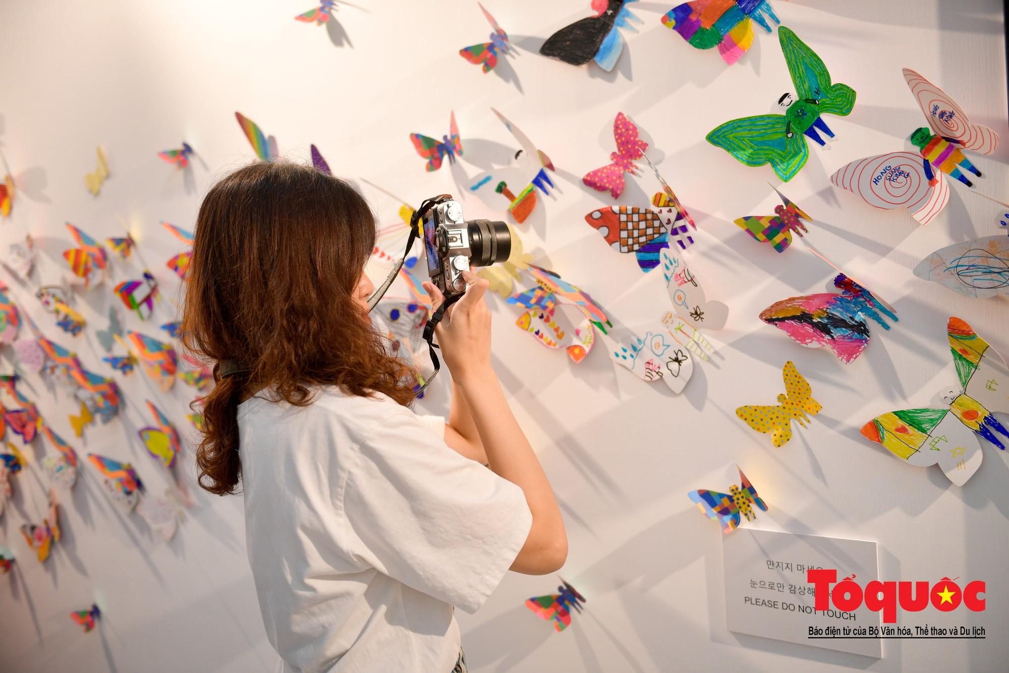 Hàng ngàn cánh bướm mang thông điệp hoà bình giữa lòng Hà Nội16