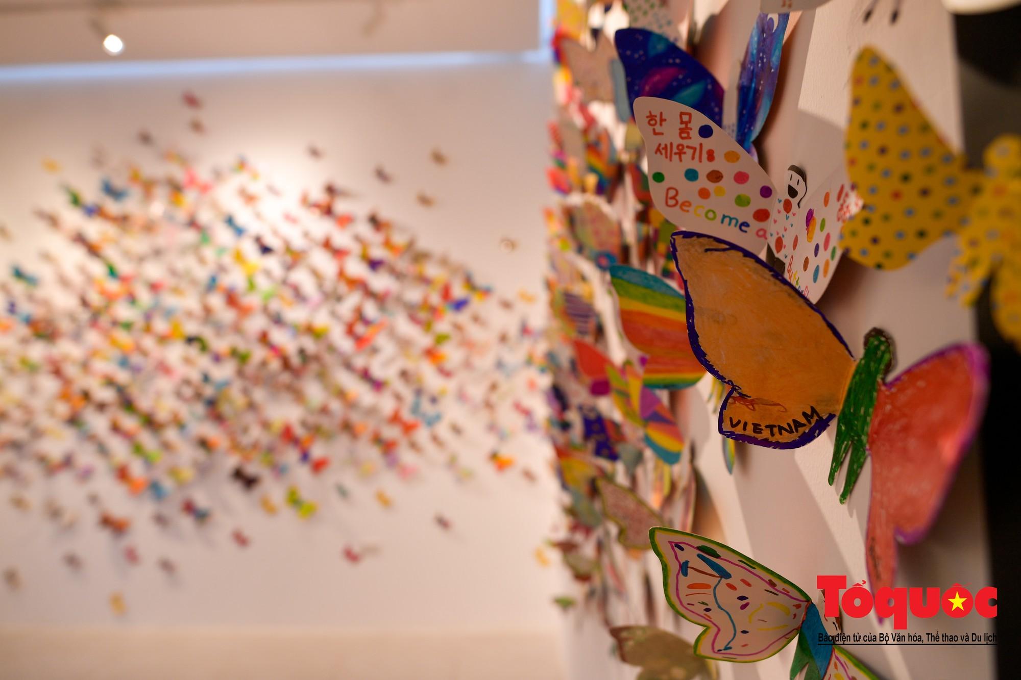 Hàng ngàn cánh bướm mang thông điệp hoà bình giữa lòng Hà Nội19