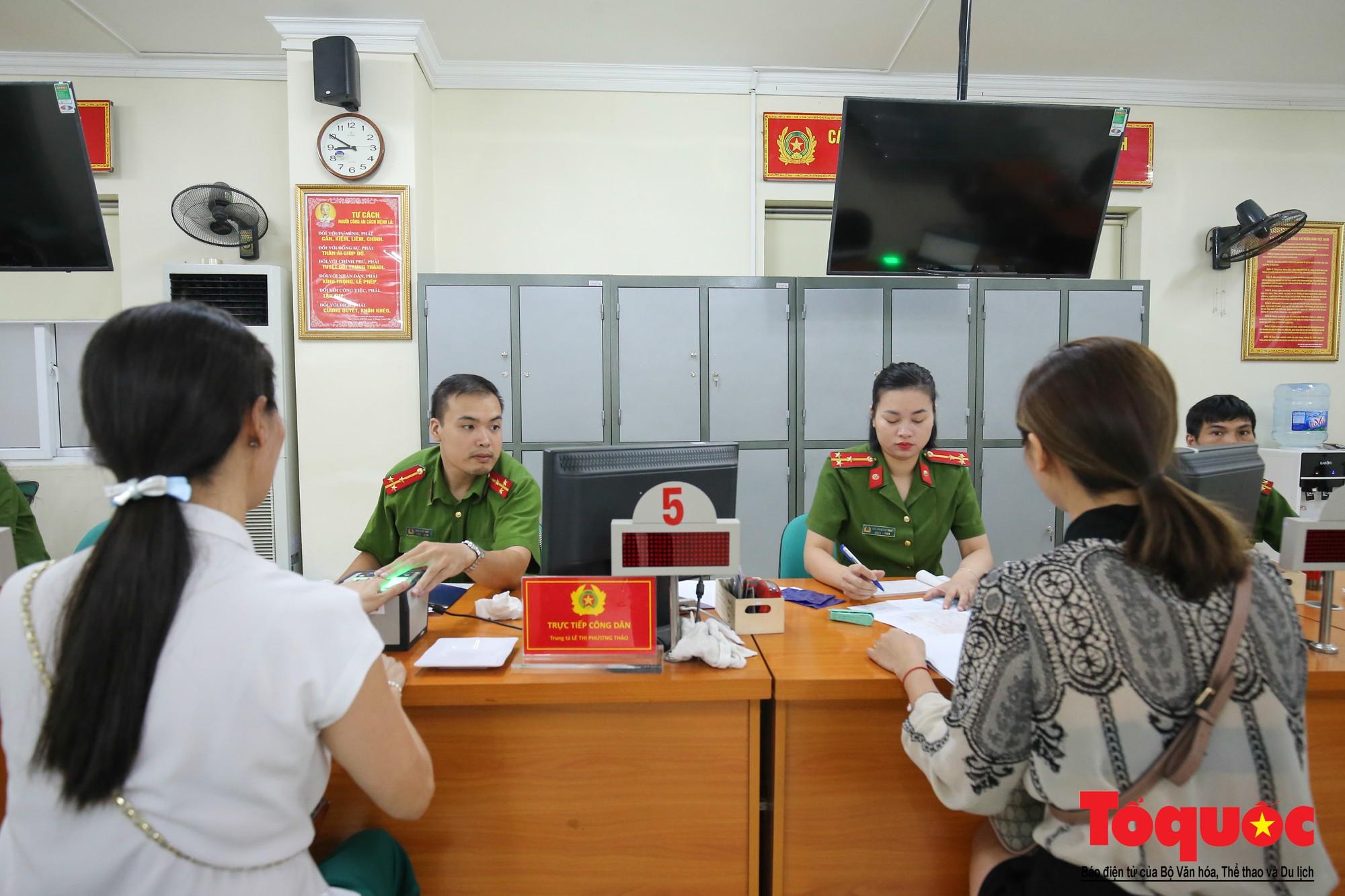Lực lượng Công an Thủ đô vui tươi, tình nguyện phục vụ nhân dân trong Chủ Nhật (1)