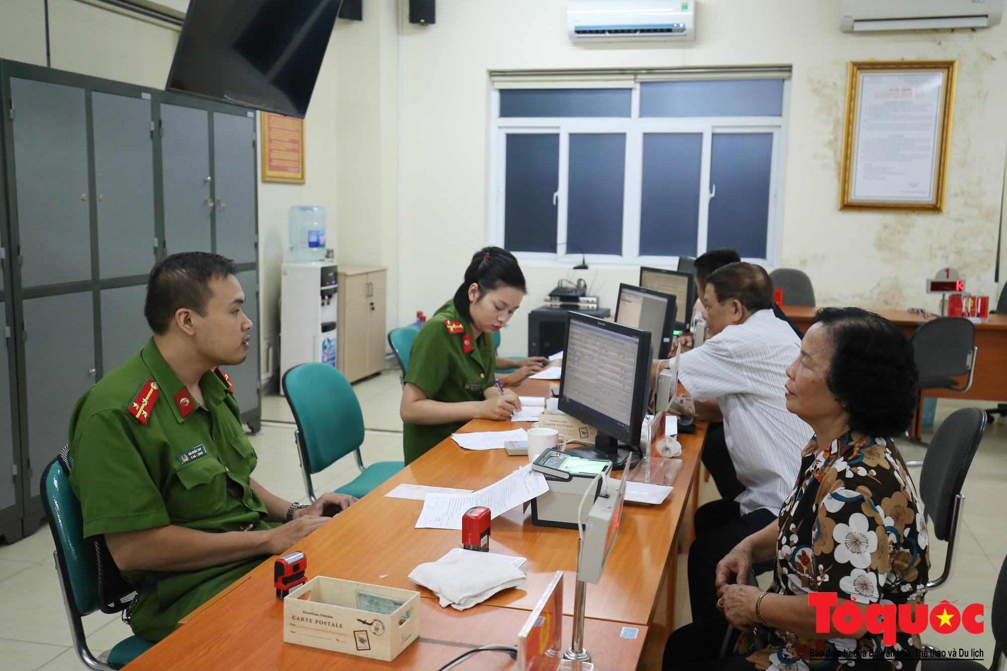Lực lượng Công an Thủ đô vui tươi, tình nguyện phục vụ nhân dân trong Chủ Nhật (11)