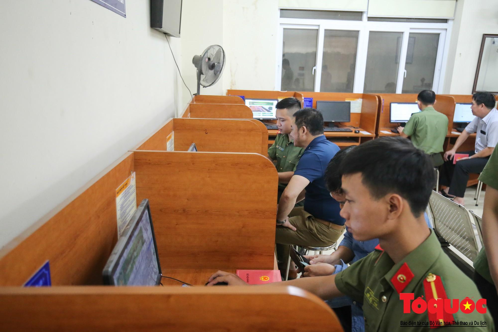 Lực lượng Công an Thủ đô vui tươi, tình nguyện phục vụ nhân dân trong Chủ Nhật (13)