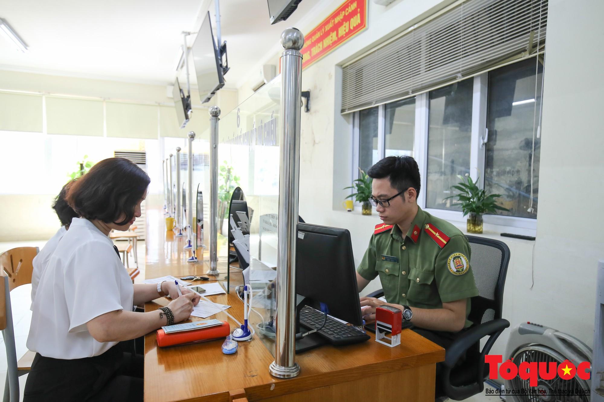 Lực lượng Công an Thủ đô vui tươi, tình nguyện phục vụ nhân dân trong Chủ Nhật (14)