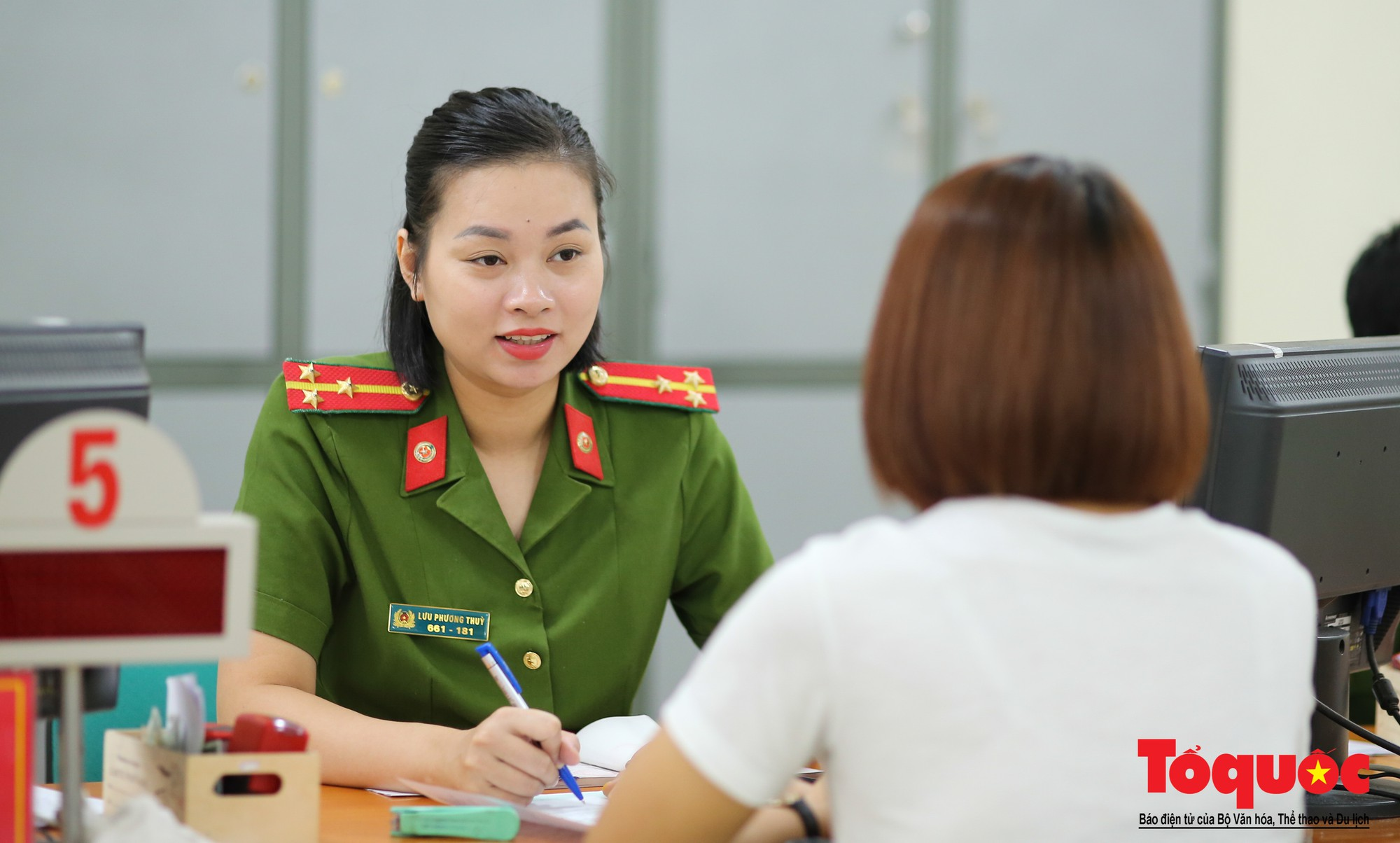 Lực lượng Công an Thủ đô vui tươi, tình nguyện phục vụ nhân dân trong Chủ Nhật (3)