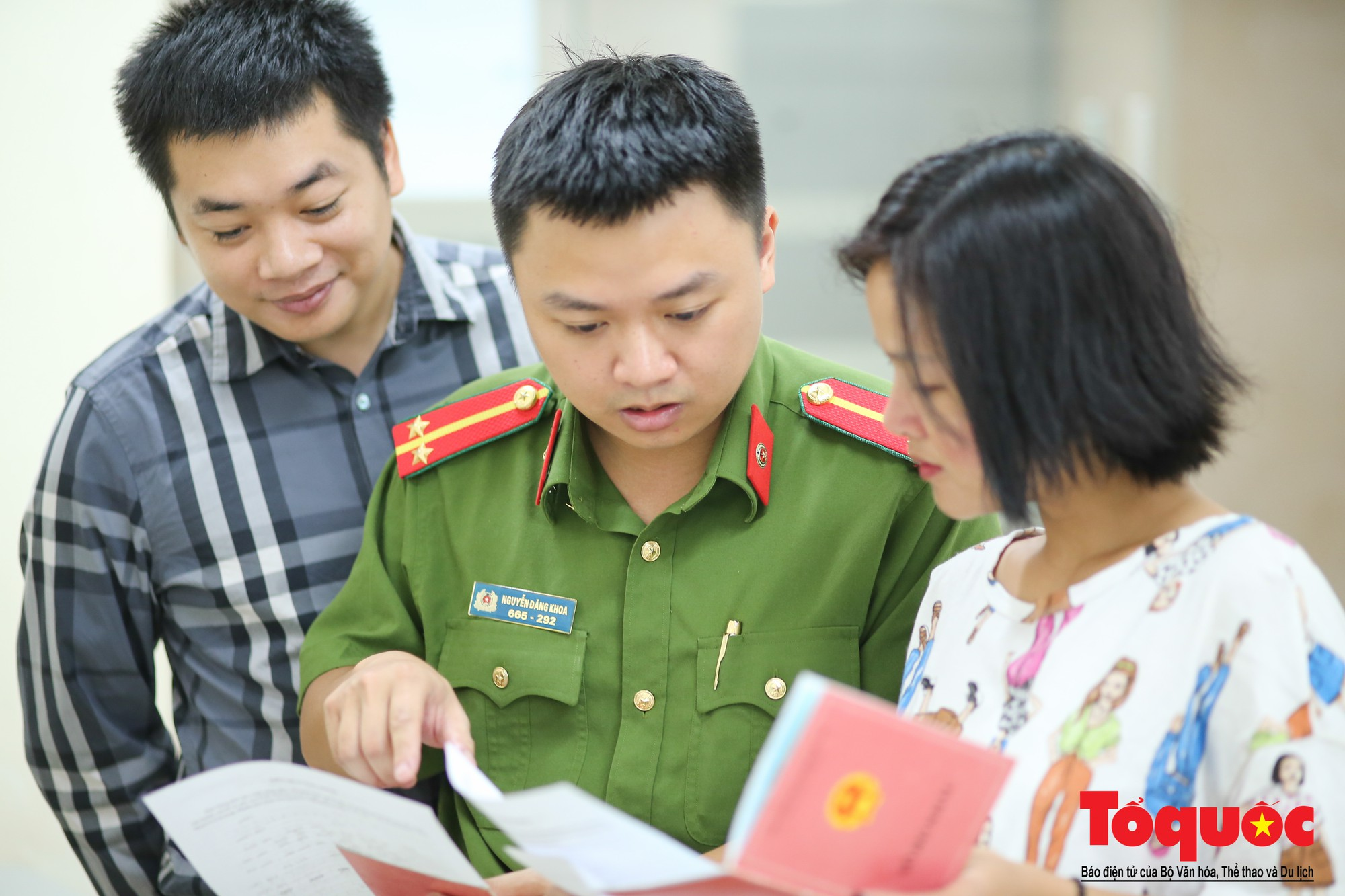 Lực lượng Công an Thủ đô vui tươi, tình nguyện phục vụ nhân dân trong Chủ Nhật (6)