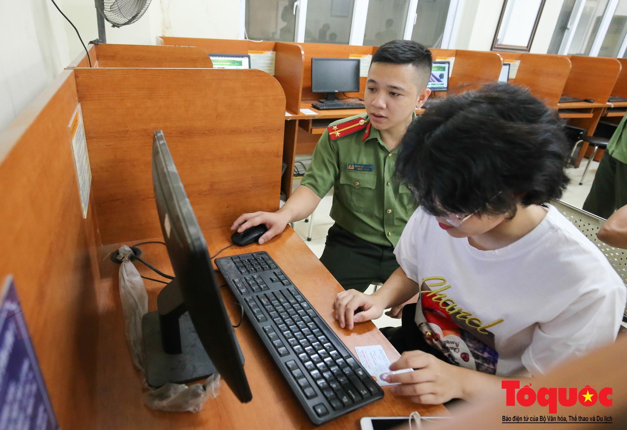 Lực lượng Công an Thủ đô vui tươi, tình nguyện phục vụ nhân dân trong Chủ Nhật (8)