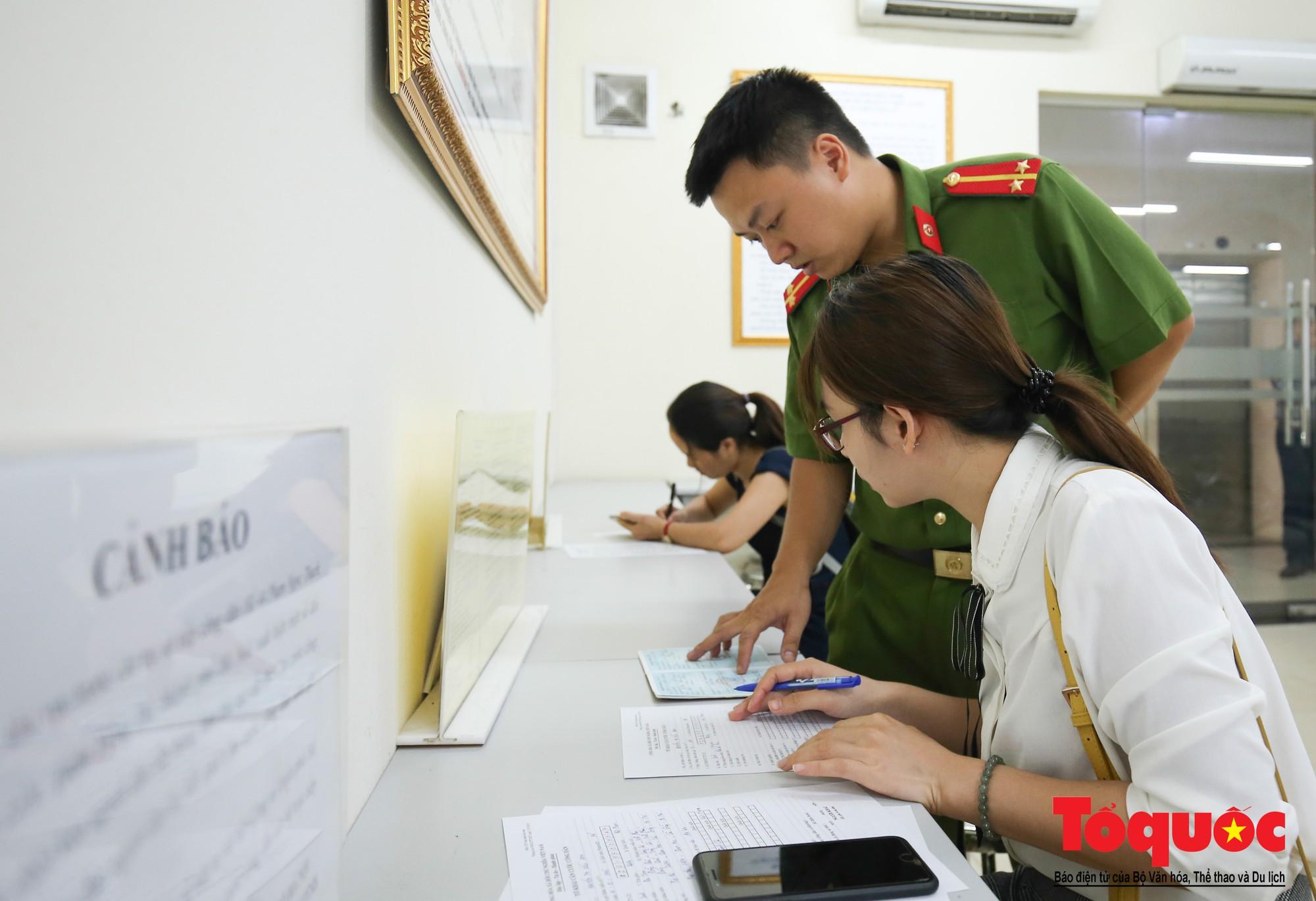 Lực lượng Công an Thủ đô vui tươi, tình nguyện phục vụ nhân dân trong Chủ Nhật (9)