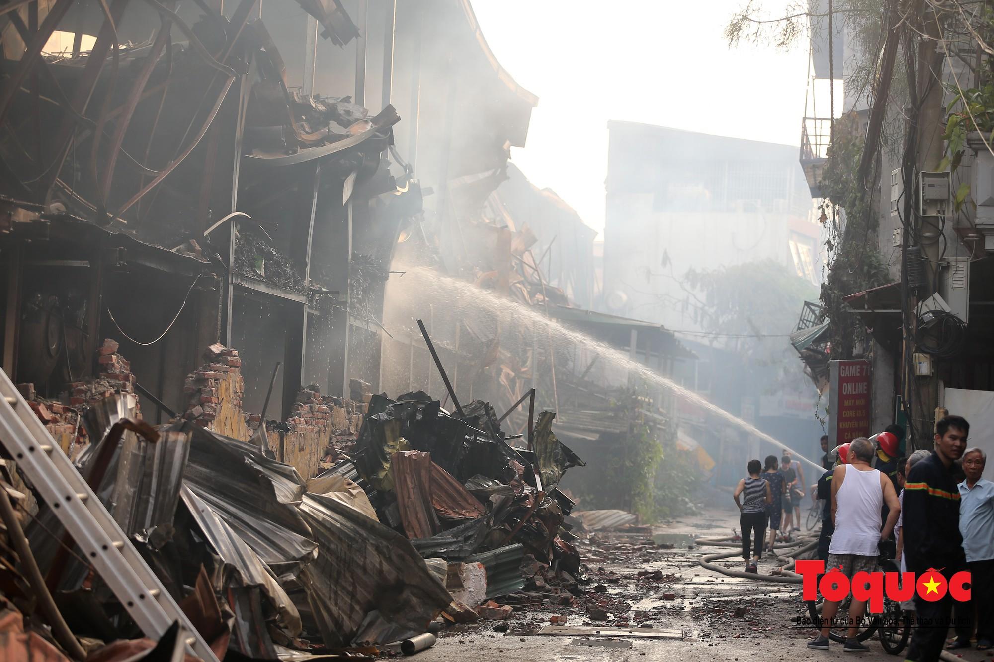 Hiện trường tan hoang vụ cháy Công ty bóng đèn phích nước Rạng Động, hàng trăm chiến sĩ PCCC xuyên đâm dập lửa16