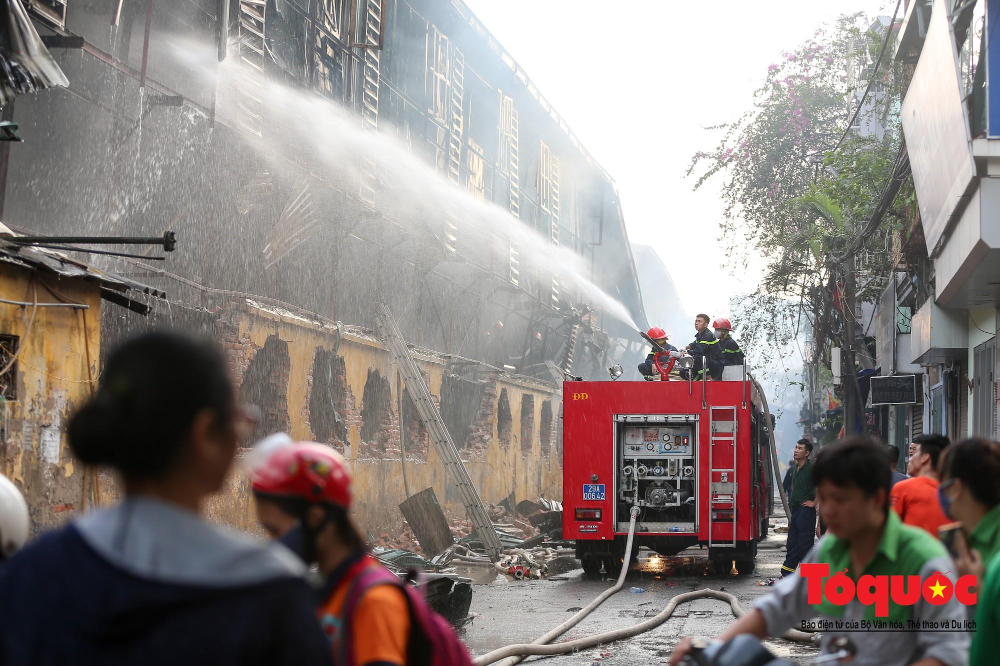 Hiện trường tan hoang vụ cháy Công ty bóng đèn phích nước Rạng Động, hàng trăm chiến sĩ PCCC xuyên đâm dập lửa30