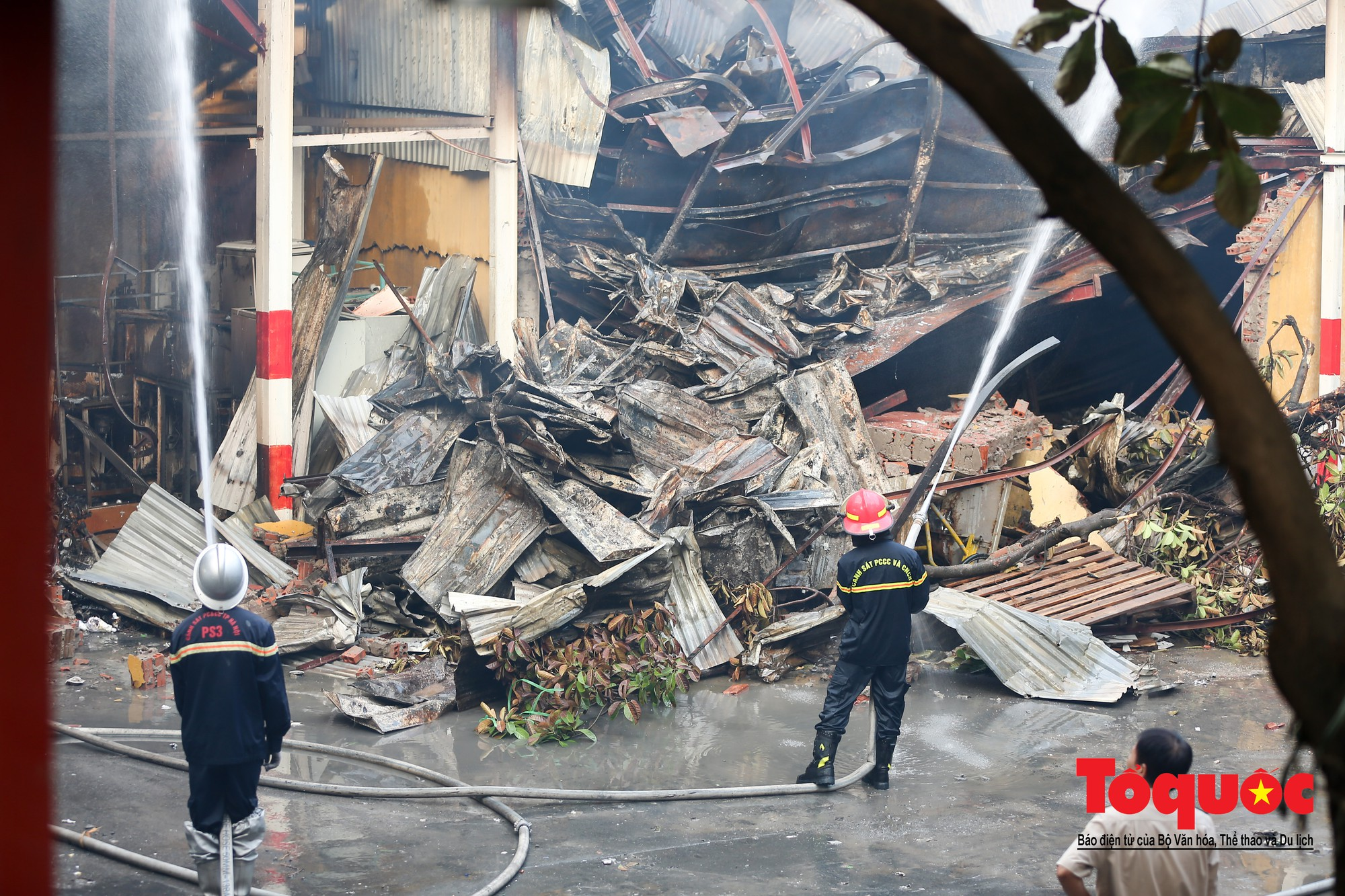 Hiện trường tan hoang vụ cháy Công ty bóng đèn phích nước Rạng Động, hàng trăm chiến sĩ PCCC xuyên đâm dập lửa34