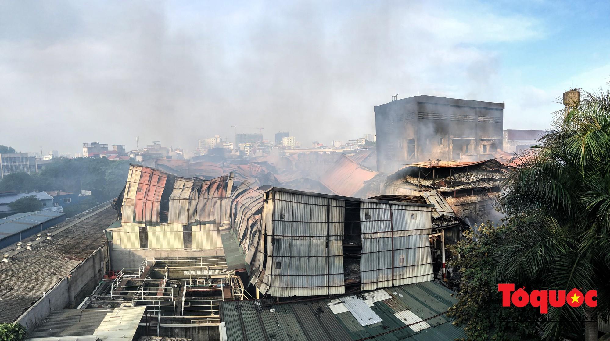 Hiện trường tan hoang vụ cháy Công ty bóng đèn phích nước Rạng Động, hàng trăm chiến sĩ PCCC xuyên đâm dập lửa6