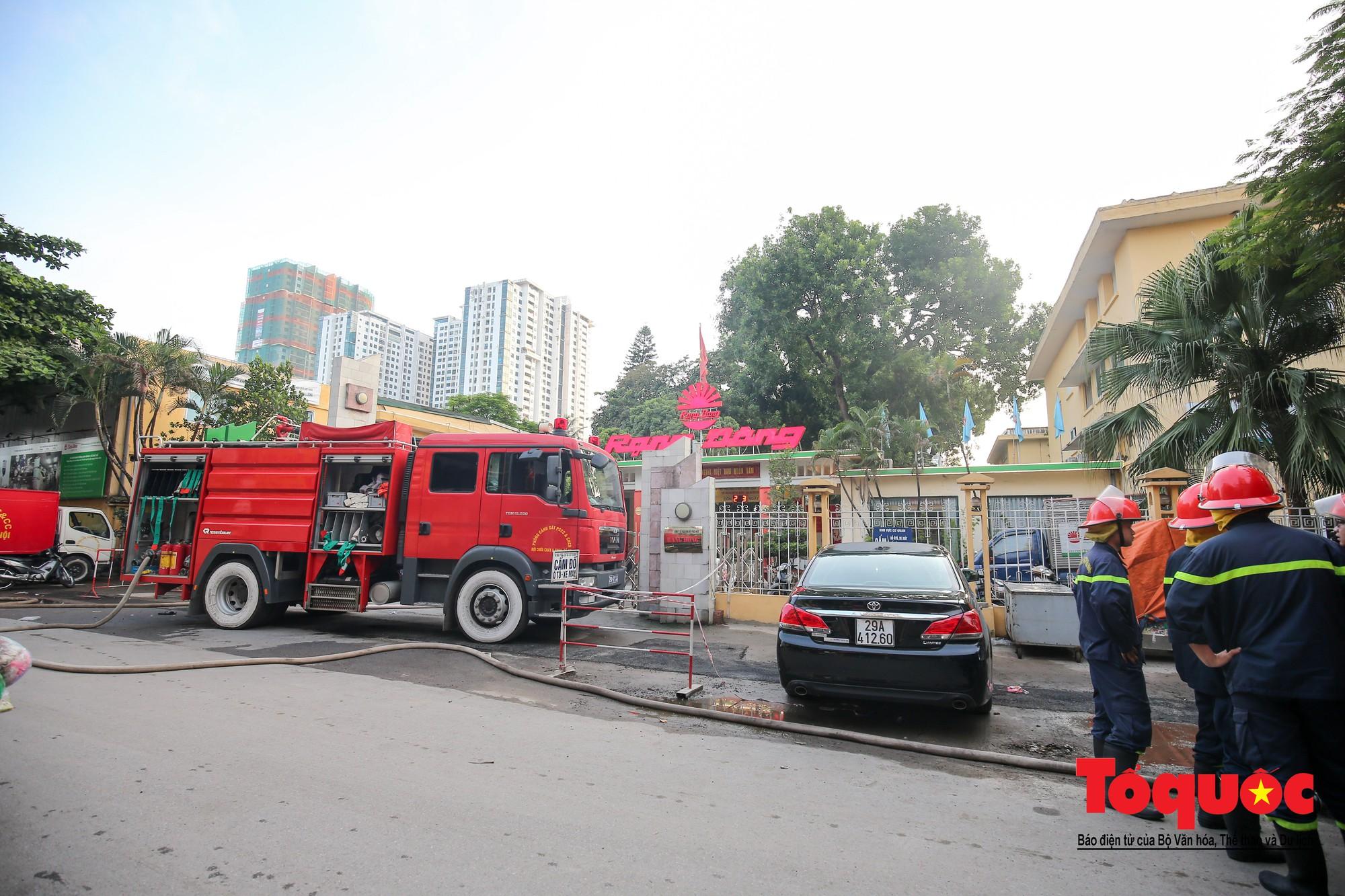 Hiện trường tan hoang vụ cháy Công ty bóng đèn phích nước Rạng Động, hàng trăm chiến sĩ PCCC xuyên đâm dập lửa7