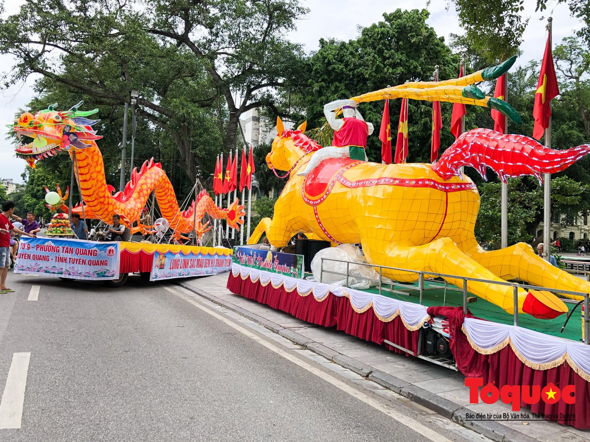 Người dân thủ đô thích thú ngắm 2 xe đèn trung thu siêu to xuất hiện trên đường phố Hà Nội1