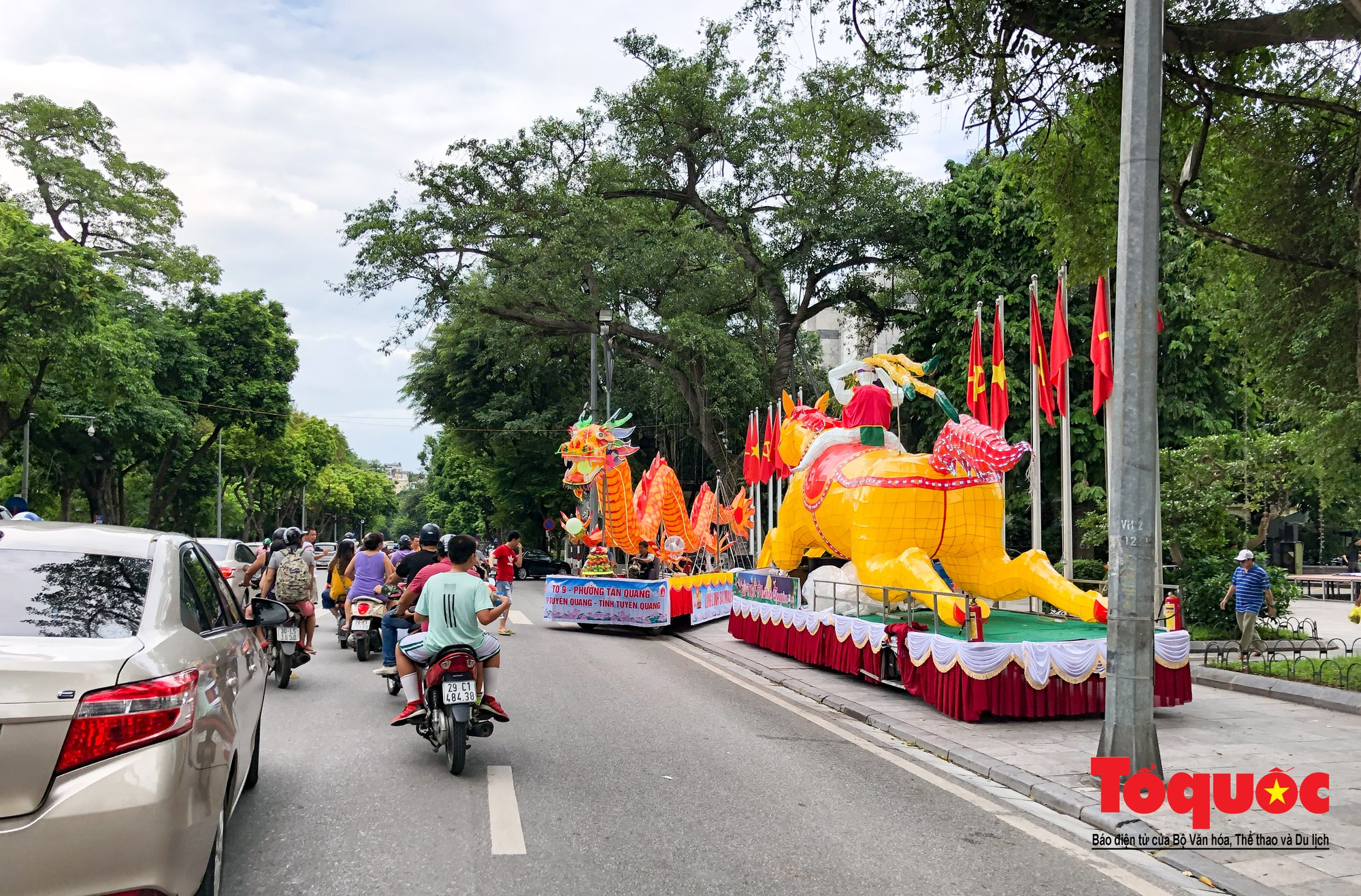 Người dân thủ đô thích thú ngắm 2 xe đèn trung thu siêu to xuất hiện trên đường phố Hà Nội2