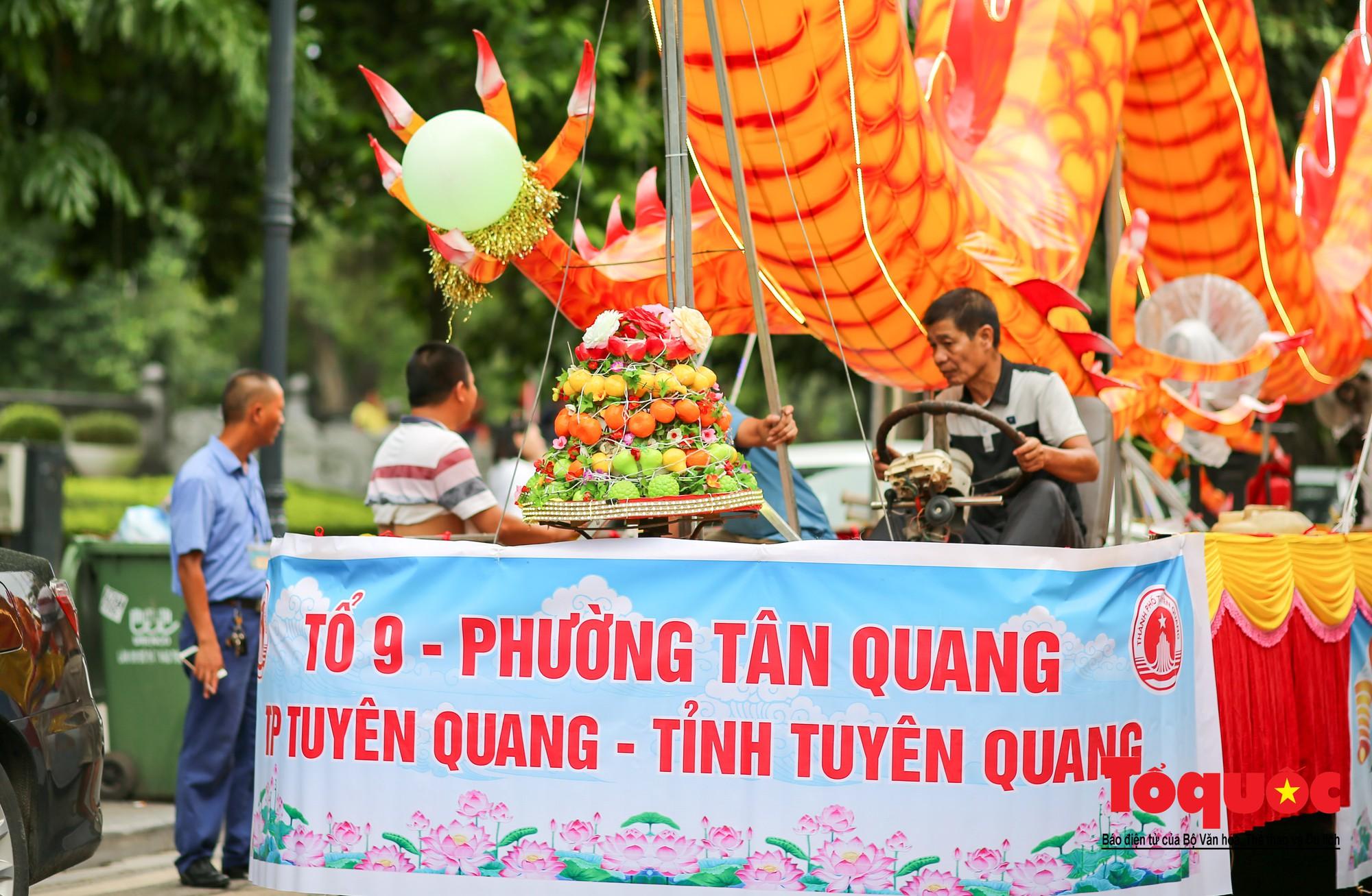 Người dân thủ đô thích thú ngắm 2 xe đèn trung thu siêu to xuất hiện trên đường phố Hà Nội8