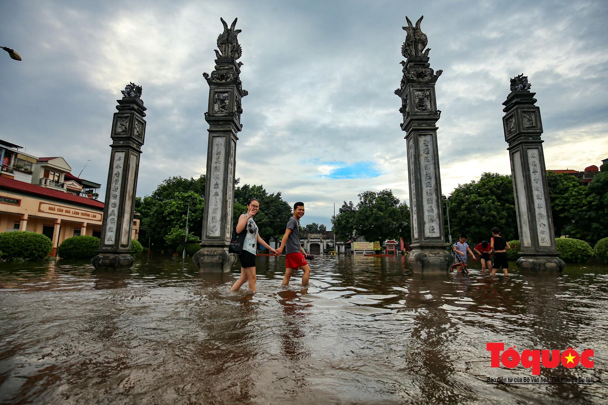 Người dân thủ đô thích thú với công viên nước bất đắc dĩ trong sân đình10