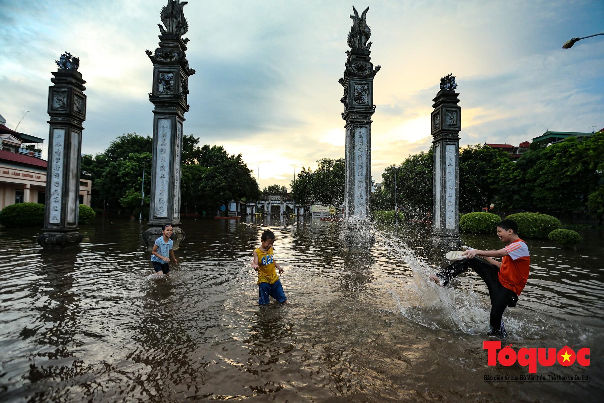 Người dân thủ đô thích thú với công viên nước bất đắc dĩ trong sân đình25