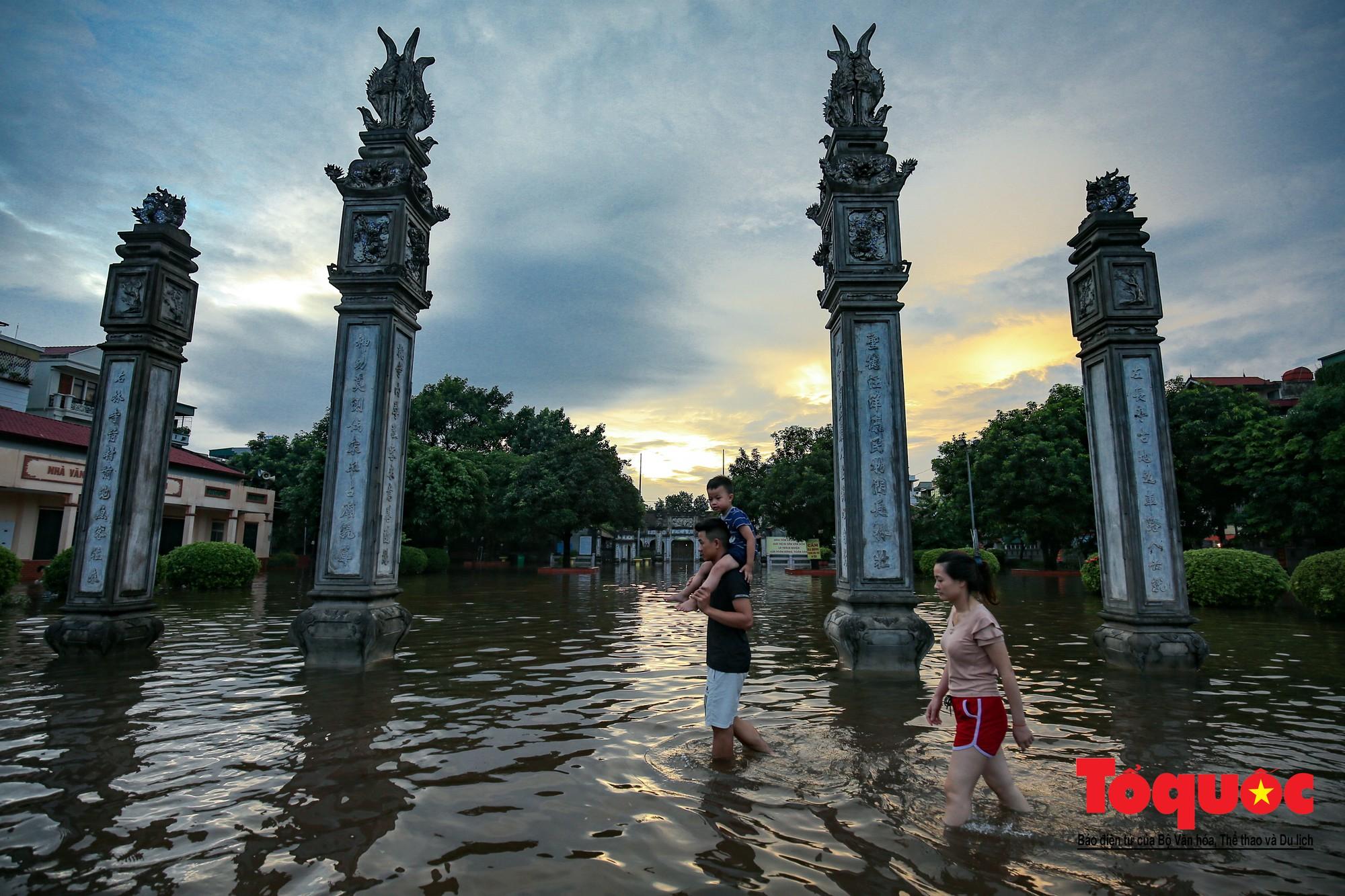 Người dân thủ đô thích thú với công viên nước bất đắc dĩ trong sân đình26