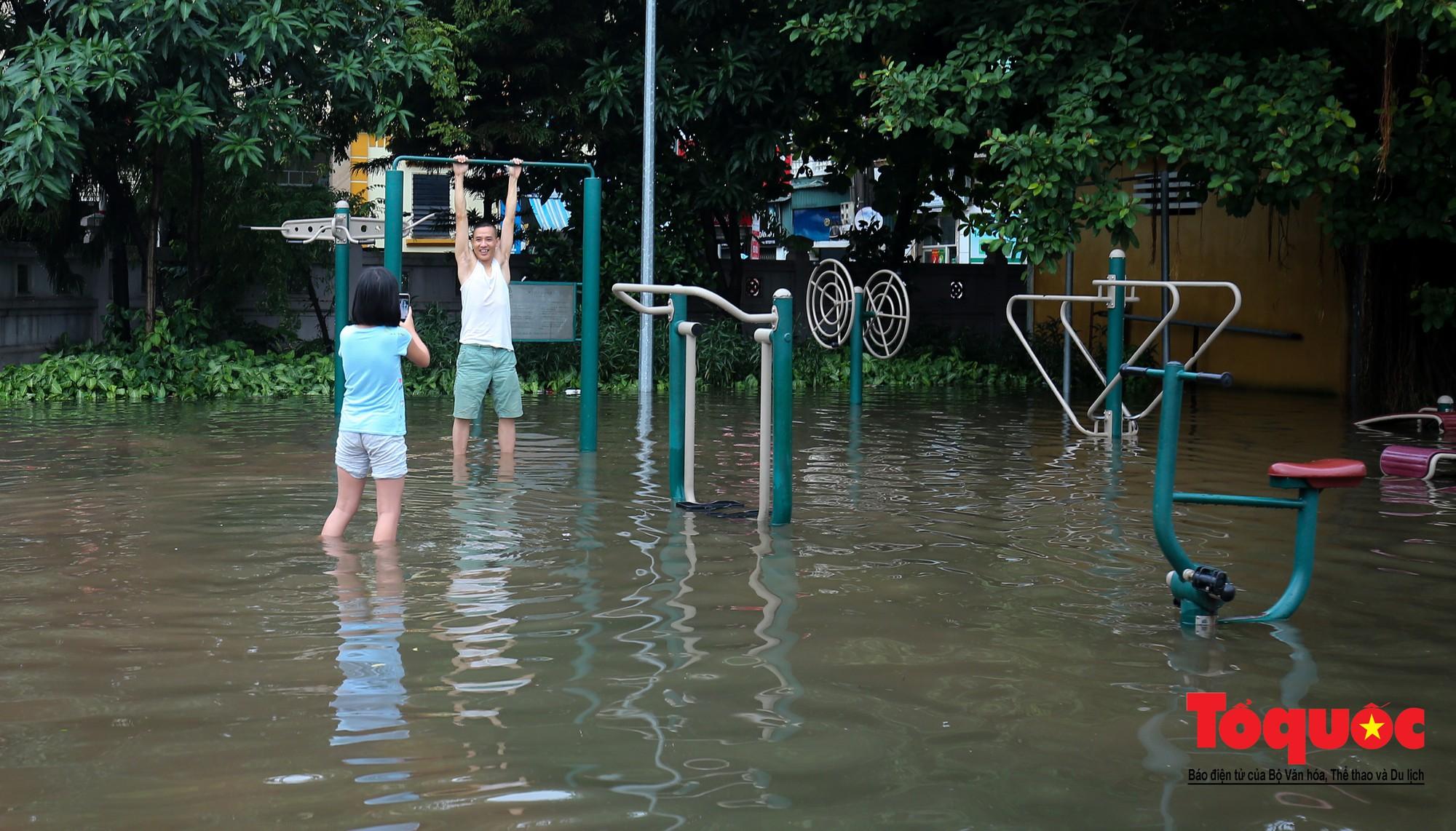 Người dân thủ đô thích thú với công viên nước bất đắc dĩ trong sân đình4