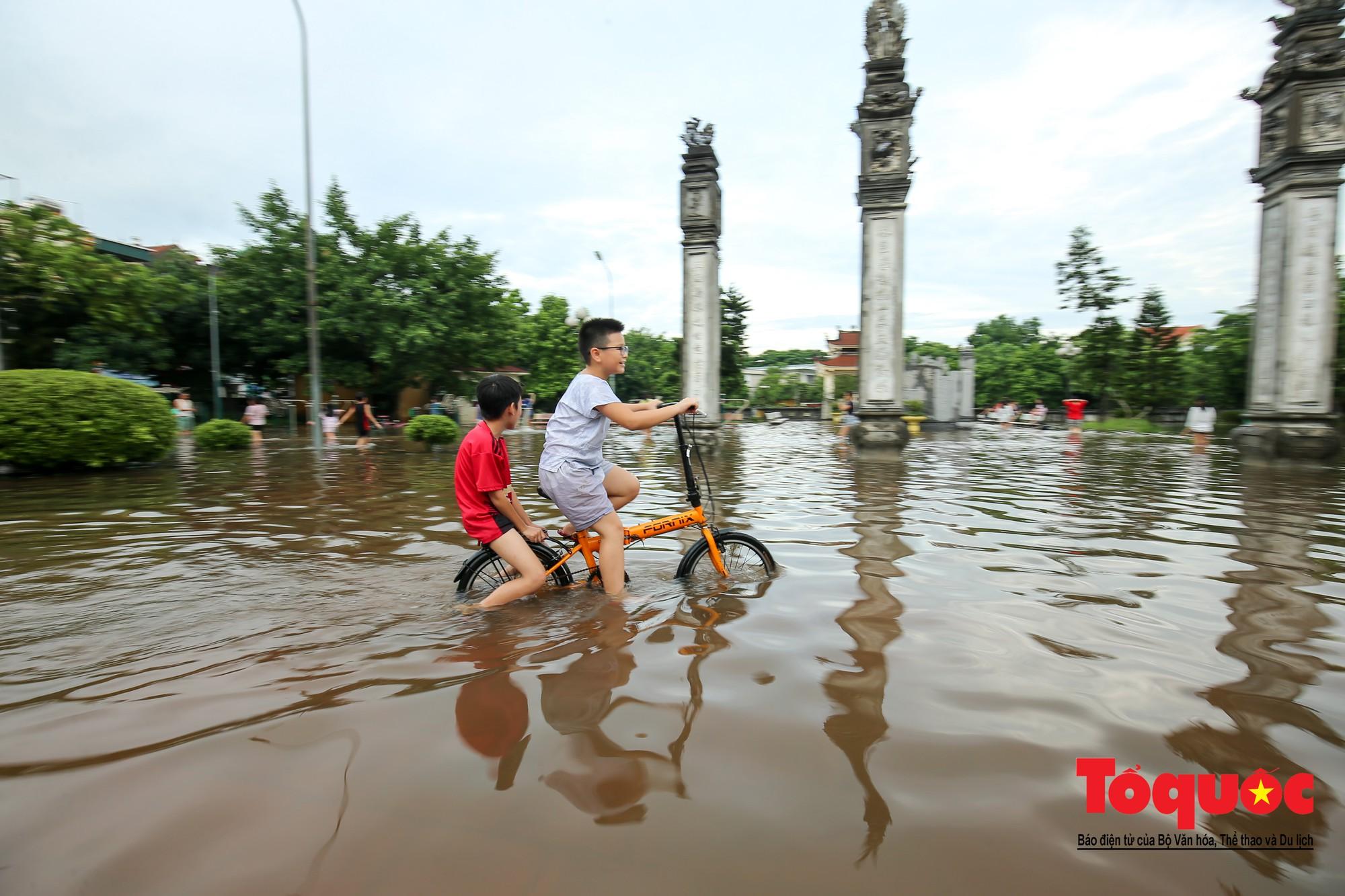 Người dân thủ đô thích thú với công viên nước bất đắc dĩ trong sân đình5