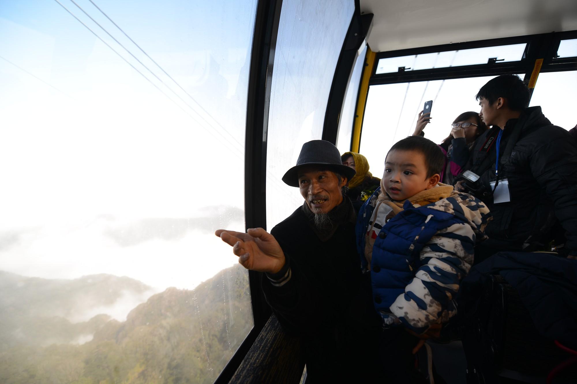 cụ Khuyên và cháu trai trong lần đầu tiên trải nghiệm cáp treo Fansipan Sa Pa (1)