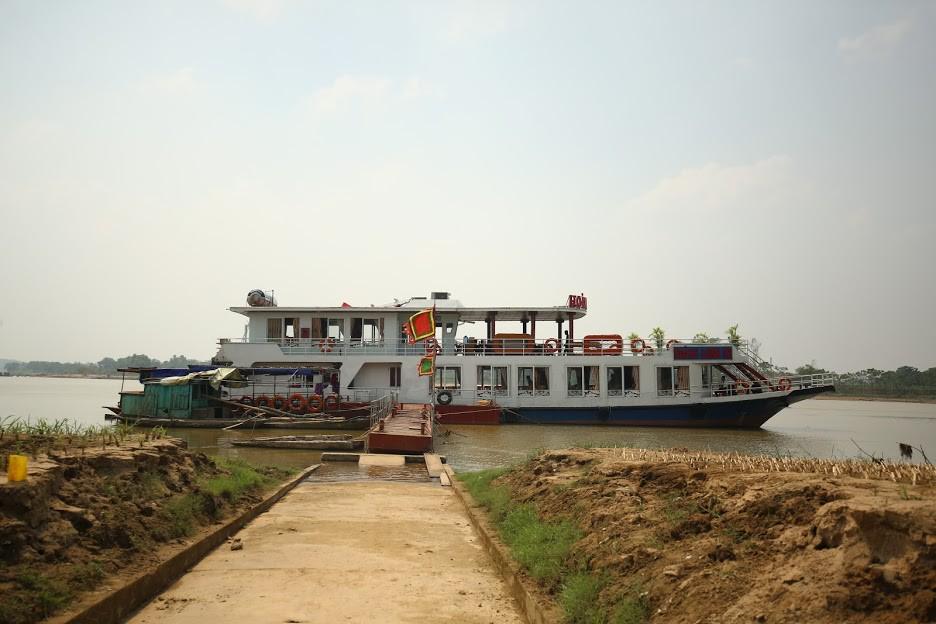 Tàu du lịch Hoàng Long cập bến để du khách lên bờ tham quan, vãn cảnh