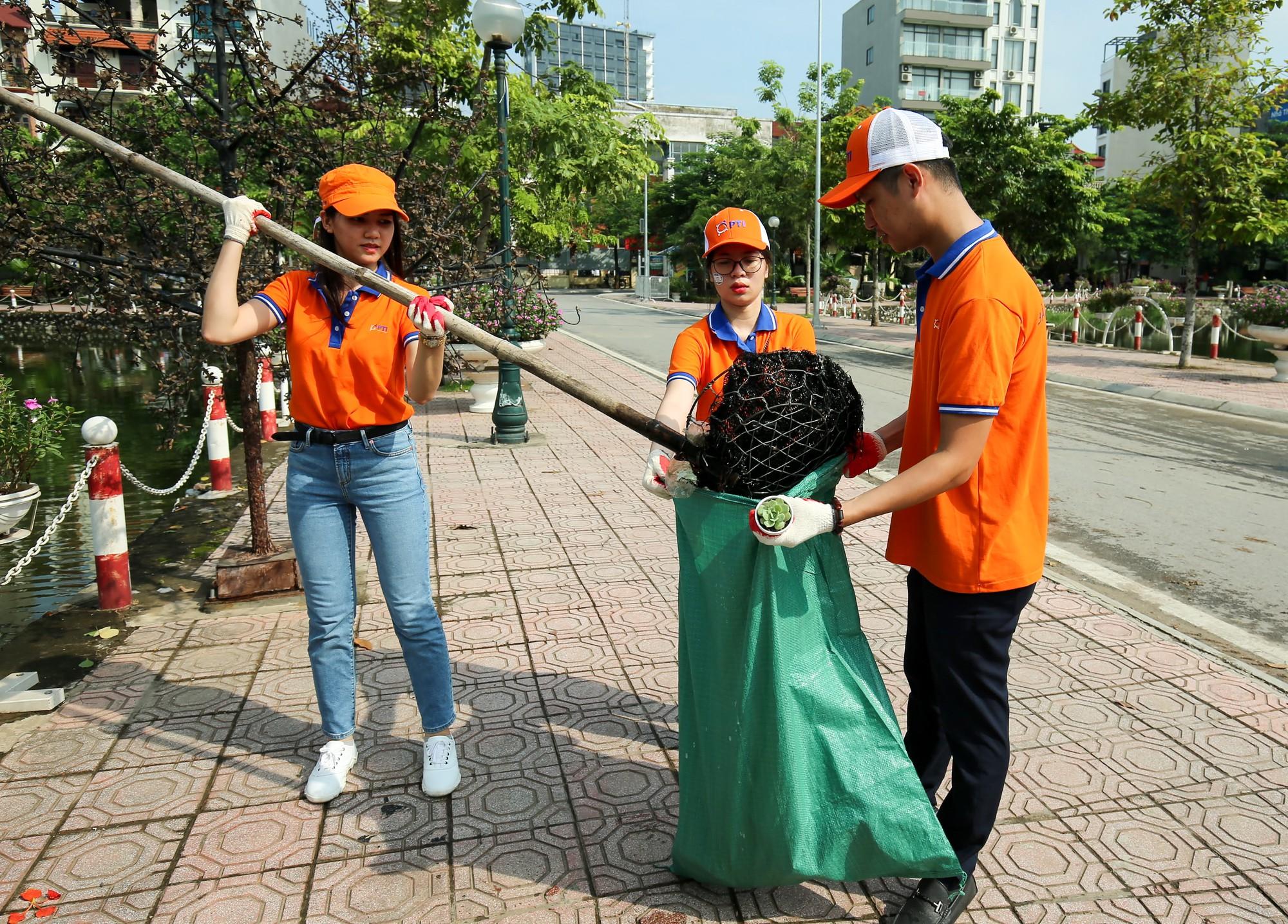 Người dân thủ đô hào hứng đổi rác thải nhựa lấy cây xanh22