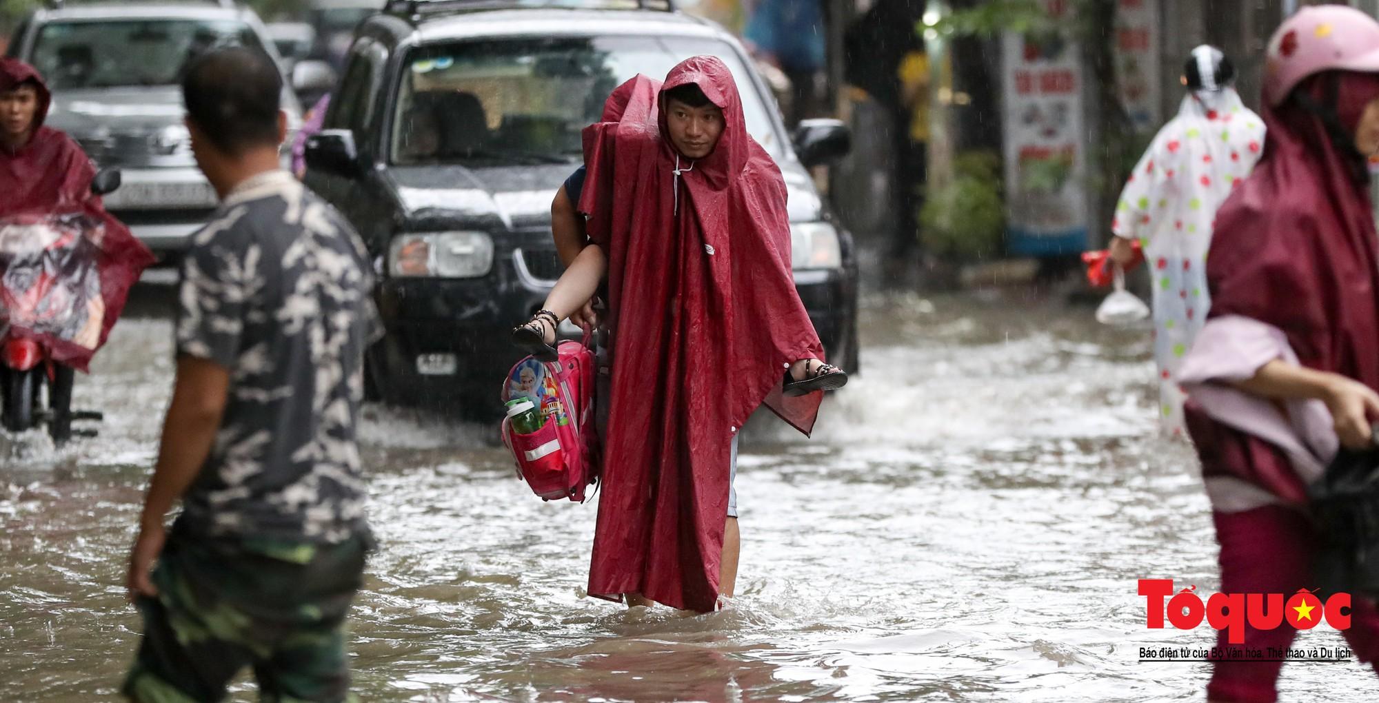 Hình ảnh xưa nay hiếm ở Thủ đô Hà Nội  cha mẹ cõng con vượt sông trong phố đến trường10