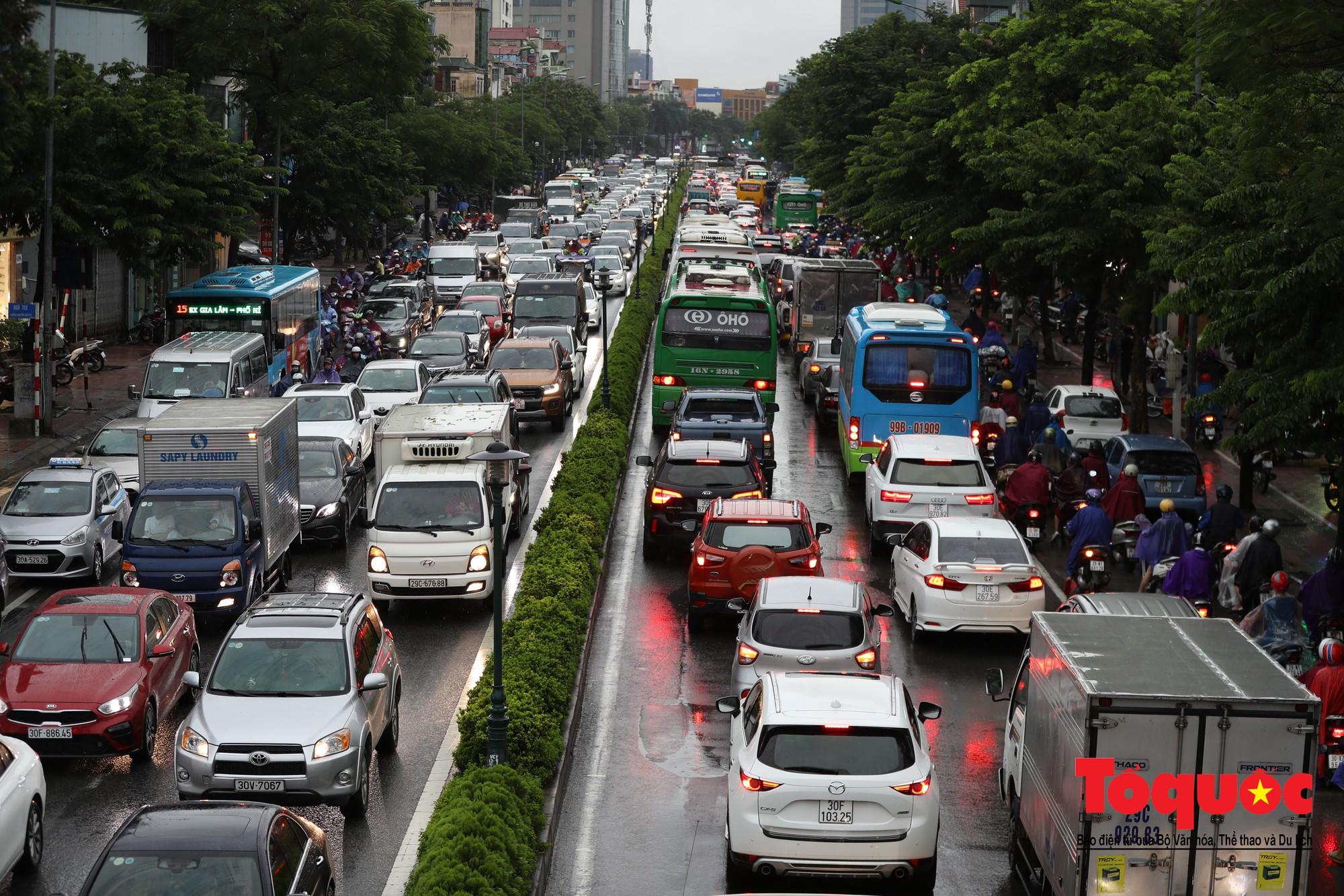 Hình ảnh xưa nay hiếm ở Thủ đô Hà Nội  cha mẹ cõng con vượt sông trong phố đến trường11
