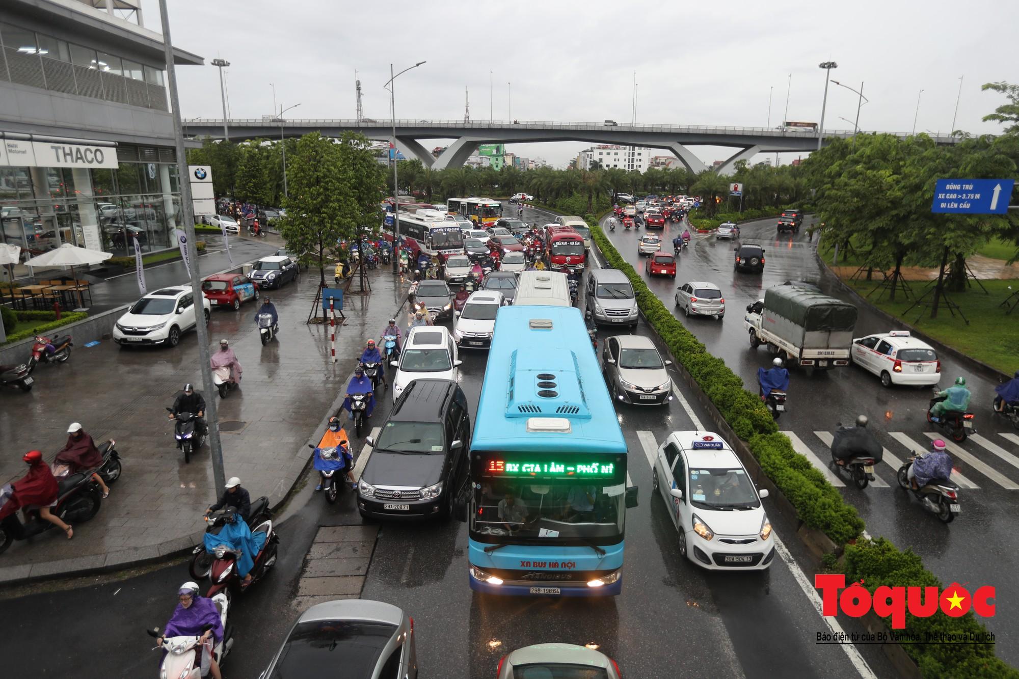 Hình ảnh xưa nay hiếm ở Thủ đô Hà Nội  cha mẹ cõng con vượt sông trong phố đến trường12