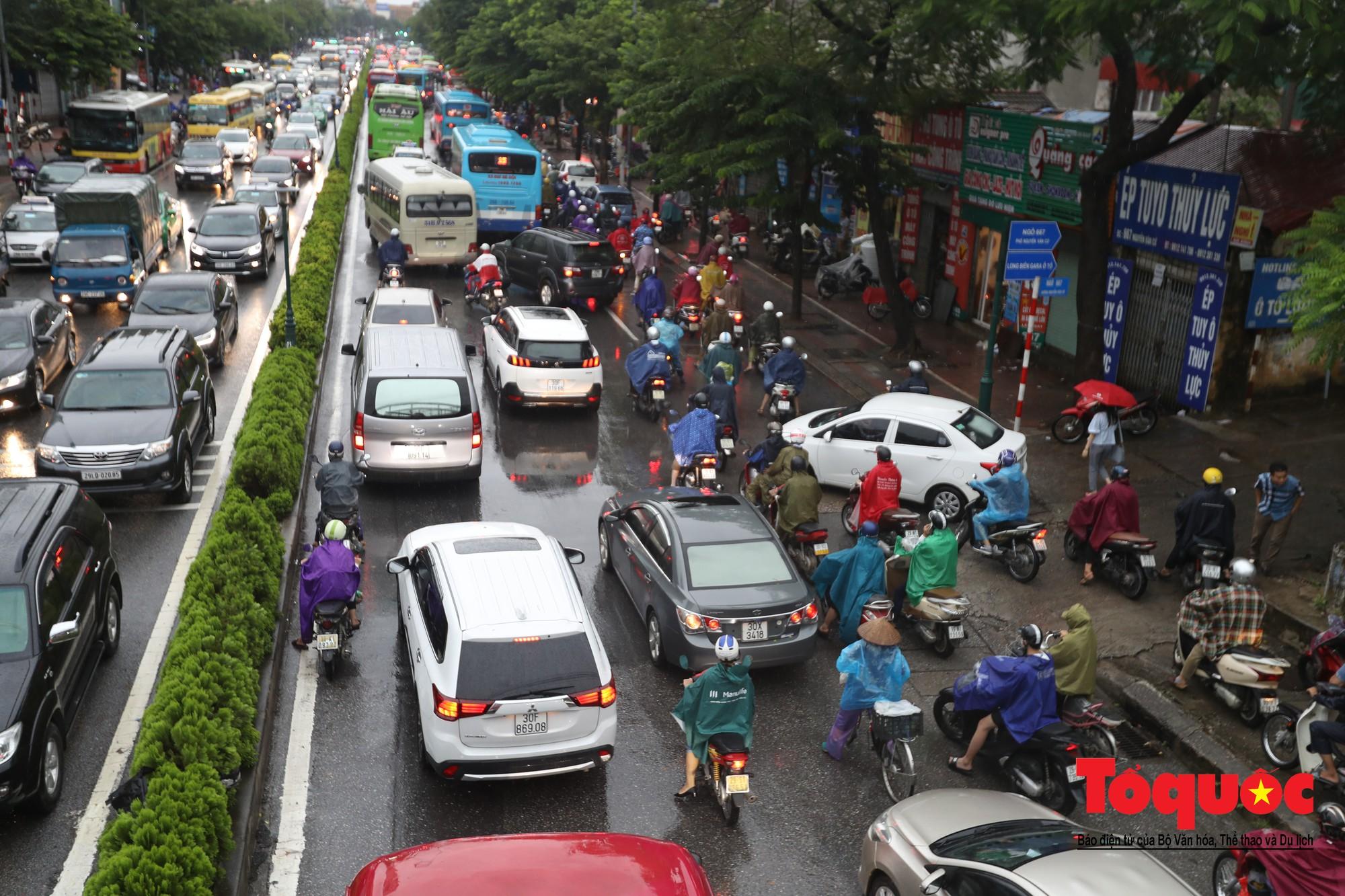 Hình ảnh xưa nay hiếm ở Thủ đô Hà Nội  cha mẹ cõng con vượt sông trong phố đến trường13
