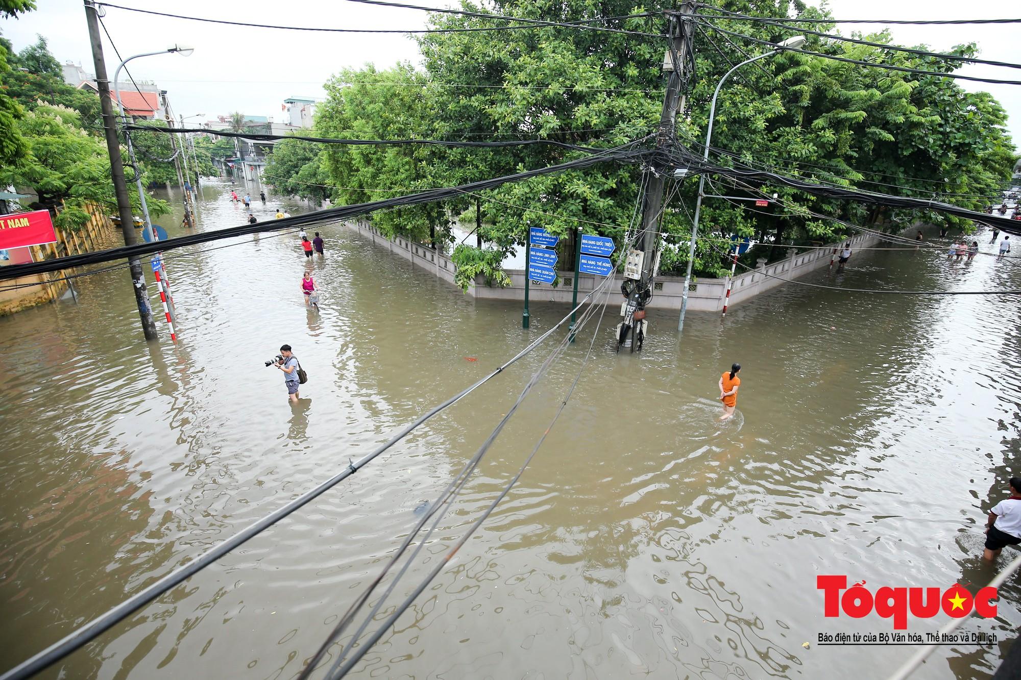 Hình ảnh xưa nay hiếm ở Thủ đô Hà Nội  cha mẹ cõng con vượt sông trong phố đến trường14
