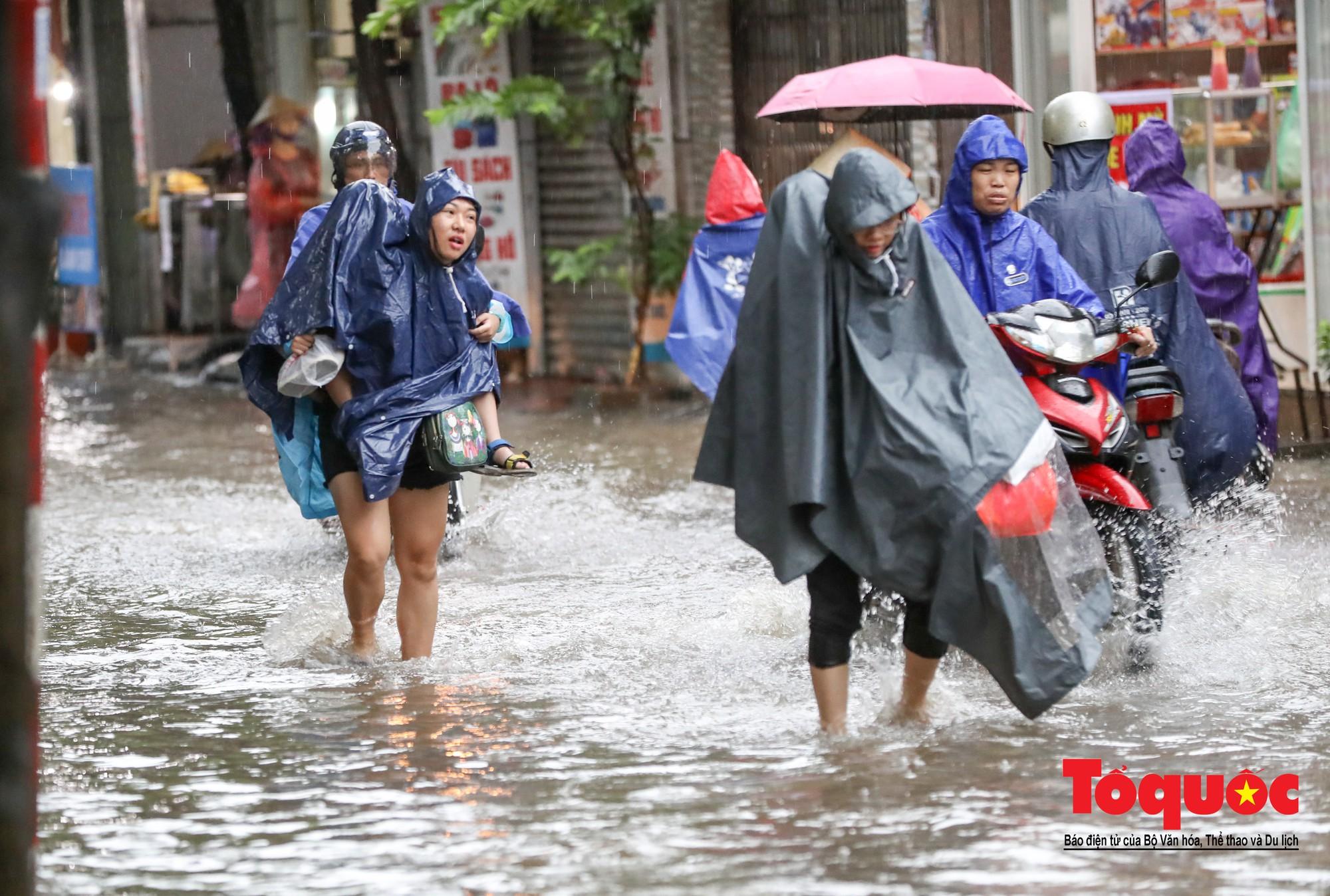 Hình ảnh xưa nay hiếm ở Thủ đô Hà Nội  cha mẹ cõng con vượt sông trong phố đến trường4