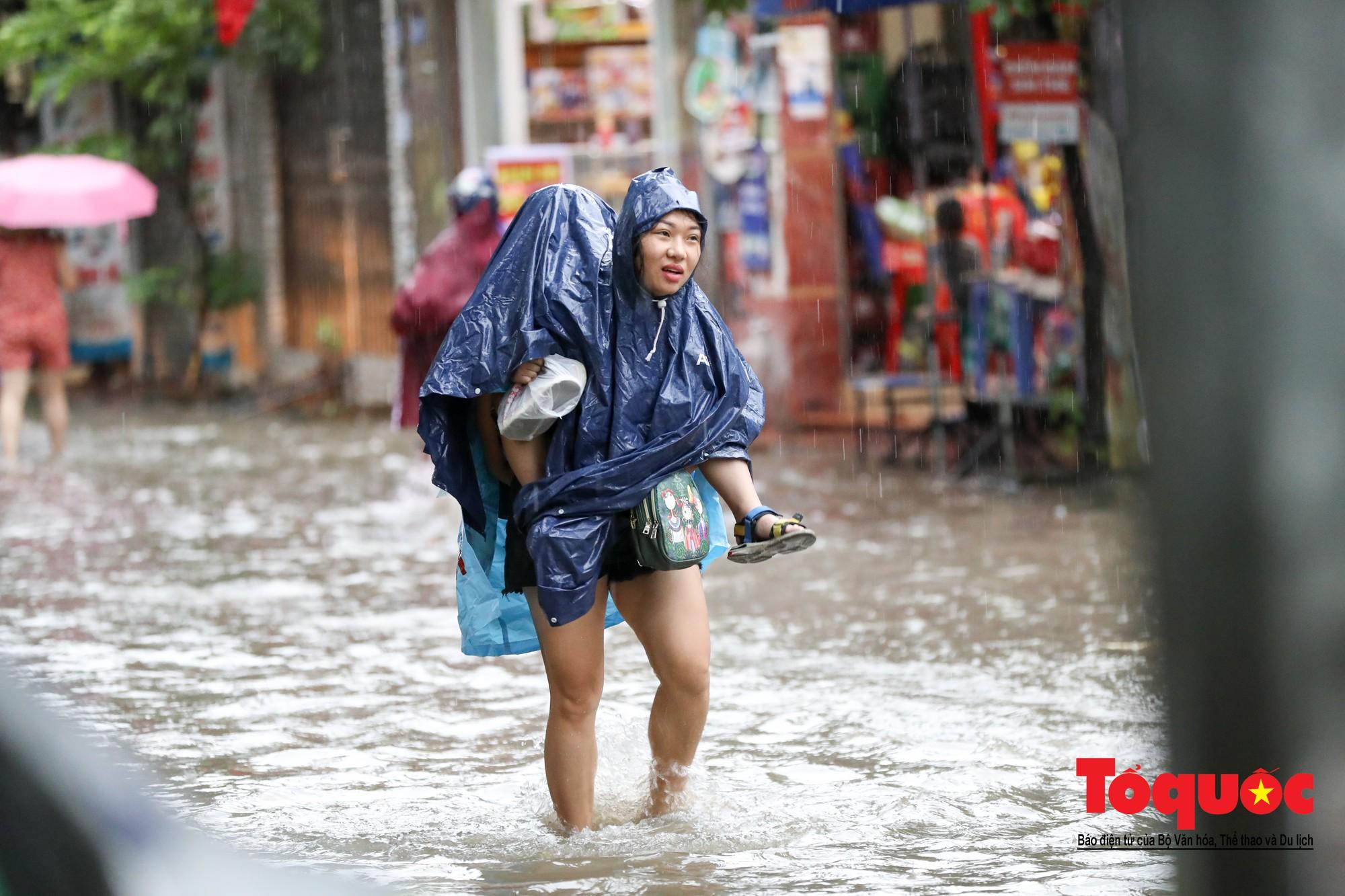 Hình ảnh xưa nay hiếm ở Thủ đô Hà Nội  cha mẹ cõng con vượt sông trong phố đến trường5