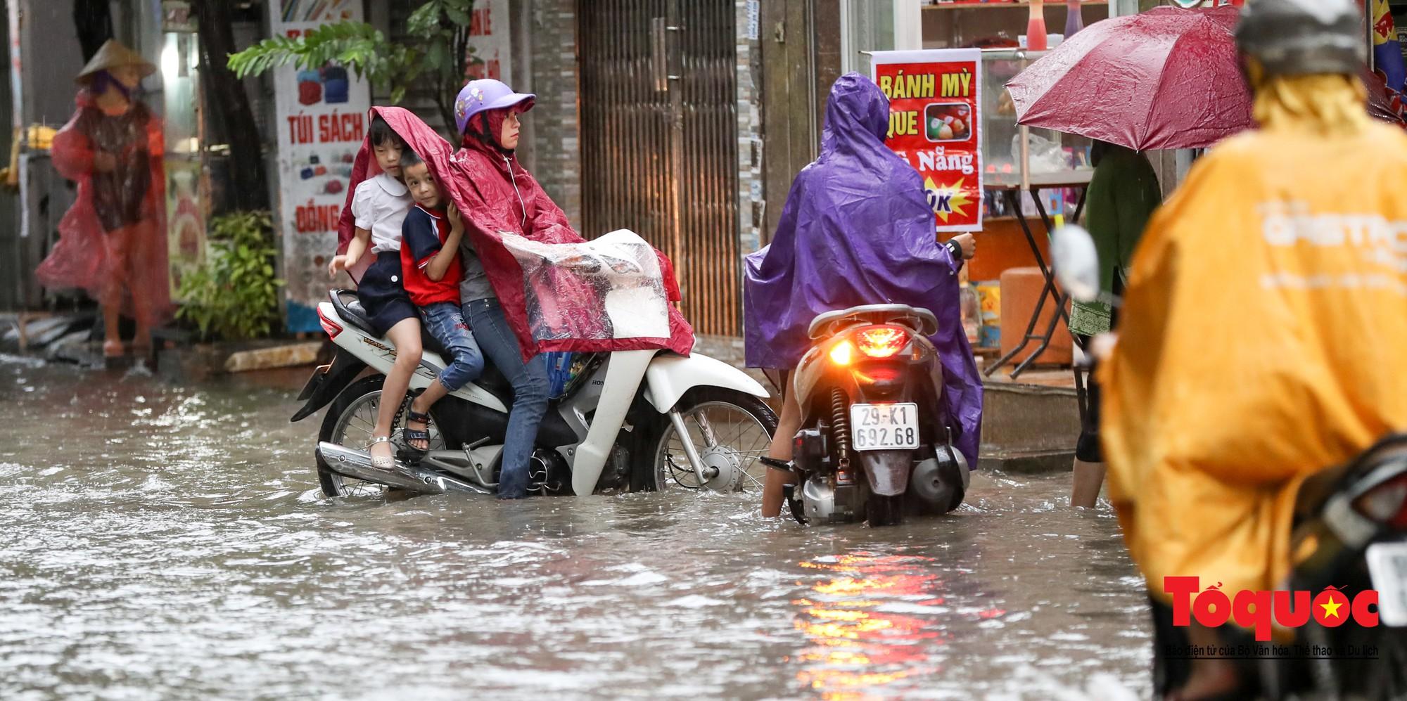 Hình ảnh xưa nay hiếm ở Thủ đô Hà Nội  cha mẹ cõng con vượt sông trong phố đến trường6