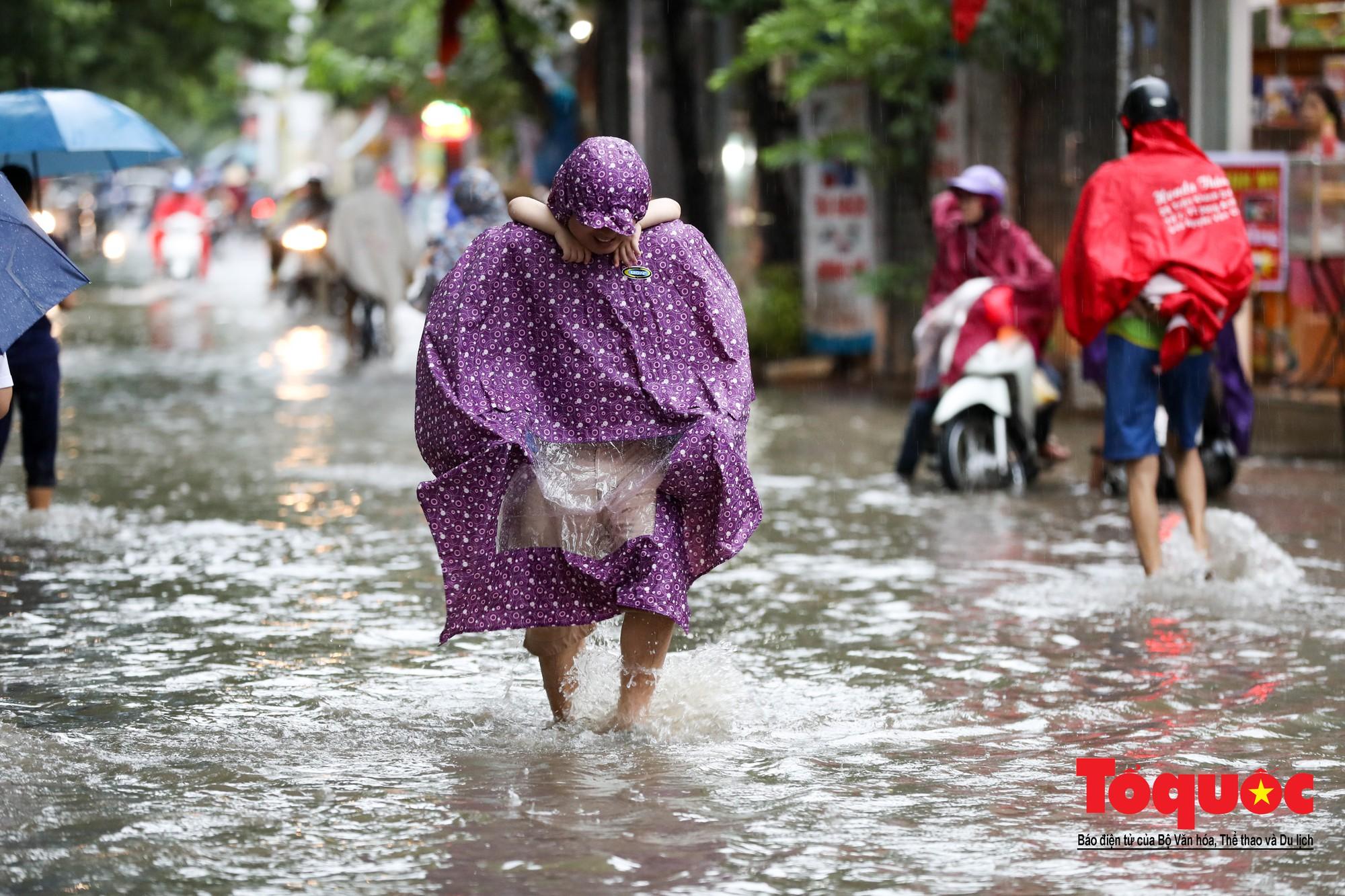 Hình ảnh xưa nay hiếm ở Thủ đô Hà Nội  cha mẹ cõng con vượt sông trong phố đến trường7