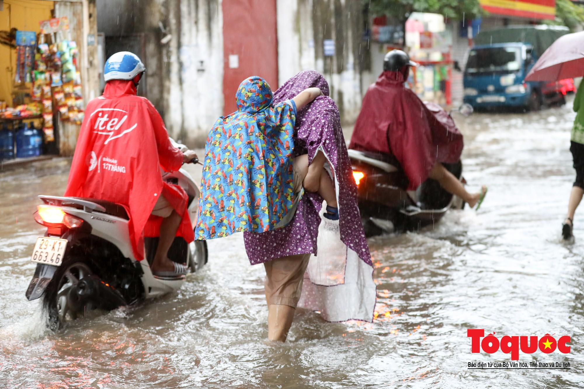 Hình ảnh xưa nay hiếm ở Thủ đô Hà Nội  cha mẹ cõng con vượt sông trong phố đến trường8