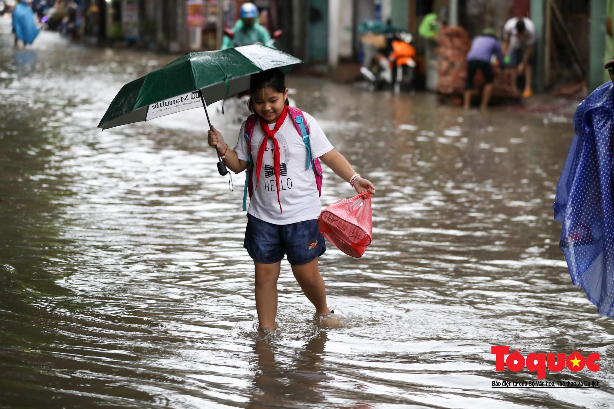 Hình ảnh xưa nay hiếm ở Thủ đô Hà Nội  cha mẹ cõng con vượt sông trong phố đến trường9