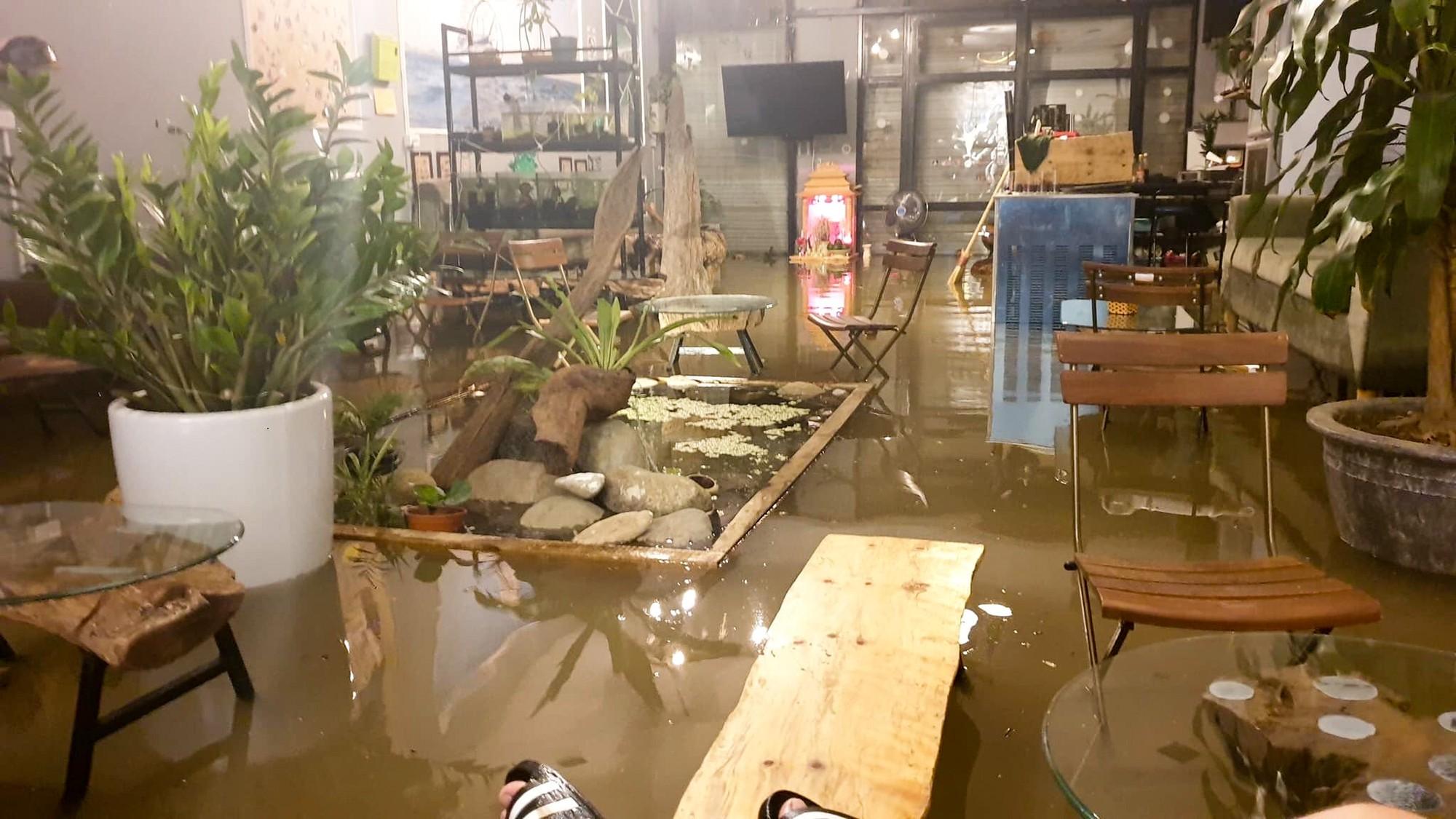 Sau trận mưa lớn kéo dài,  TP Thái Nguyên ngập sâu trong biển nước11