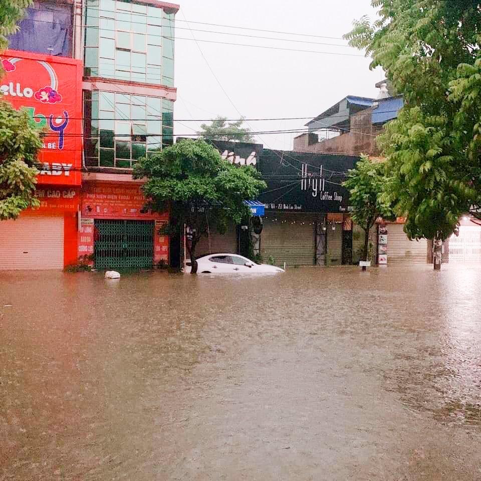 Sau trận mưa lớn kéo dài,  TP Thái Nguyên ngập sâu trong biển nước12
