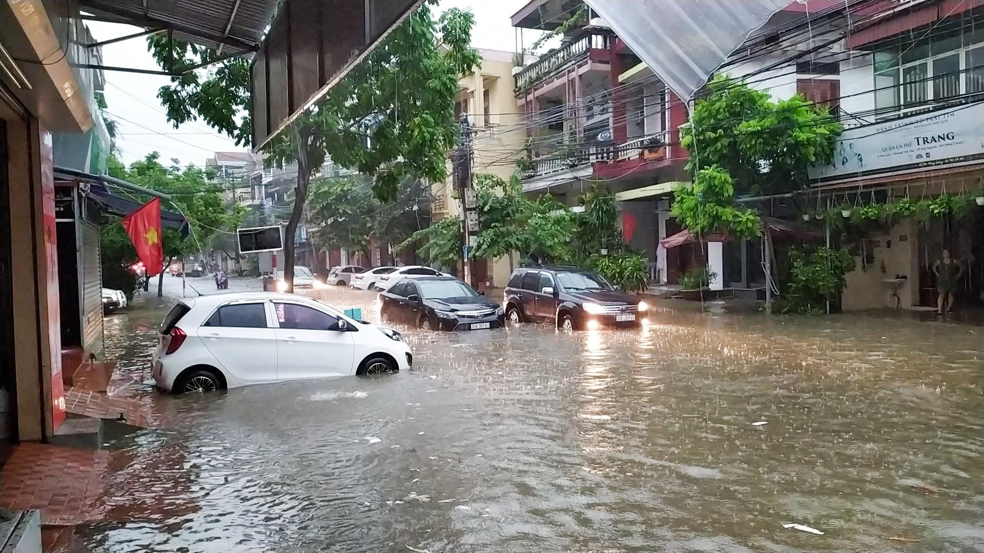 Sau trận mưa lớn kéo dài,  TP Thái Nguyên ngập sâu trong biển nước17