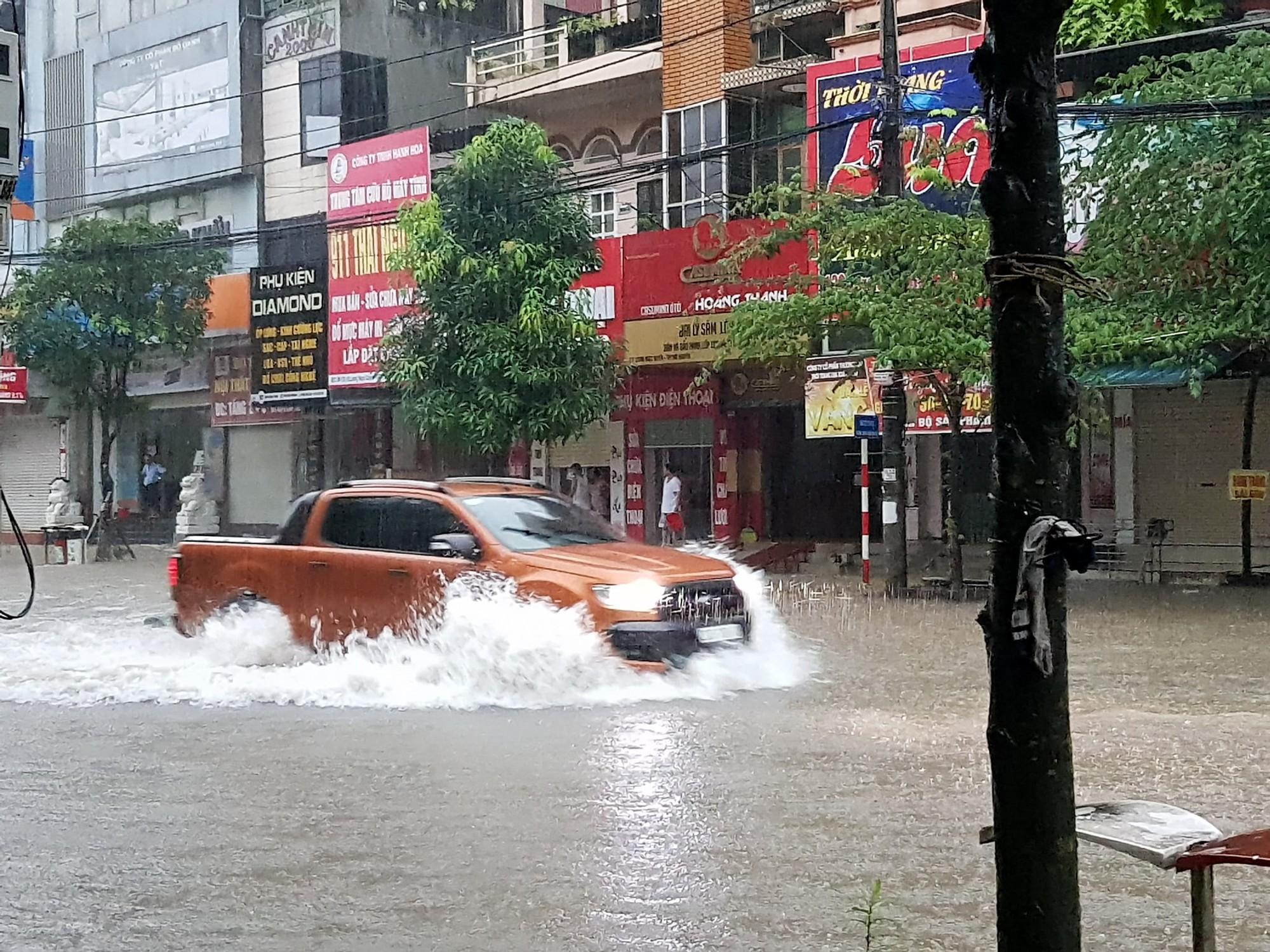 Sau trận mưa lớn kéo dài,  TP Thái Nguyên ngập sâu trong biển nước19