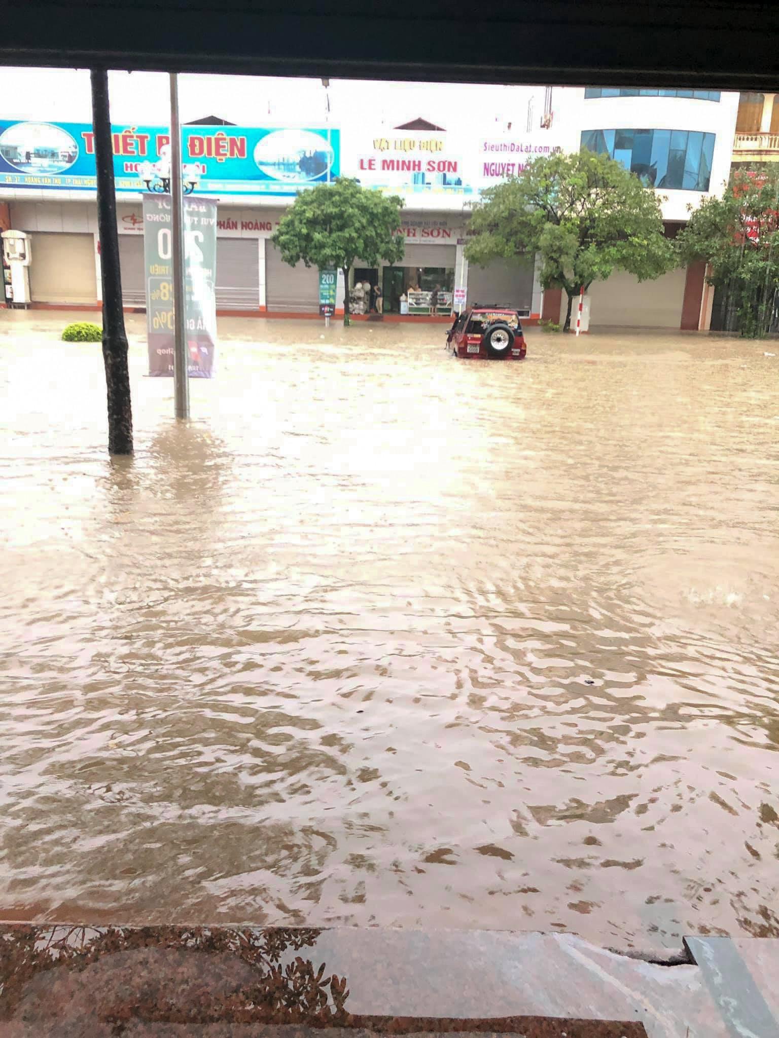 Sau trận mưa lớn kéo dài,  TP Thái Nguyên ngập sâu trong biển nước23