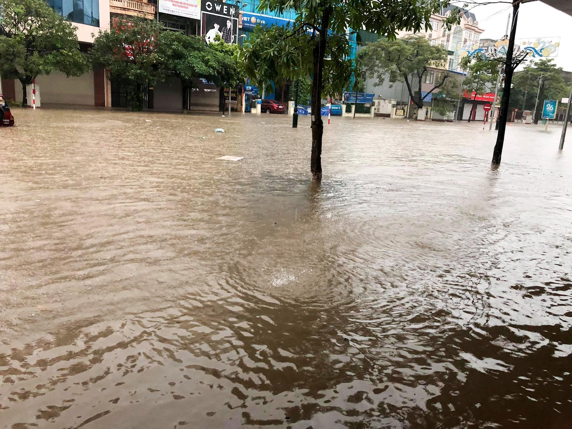 Sau trận mưa lớn kéo dài,  TP Thái Nguyên ngập sâu trong biển nước24