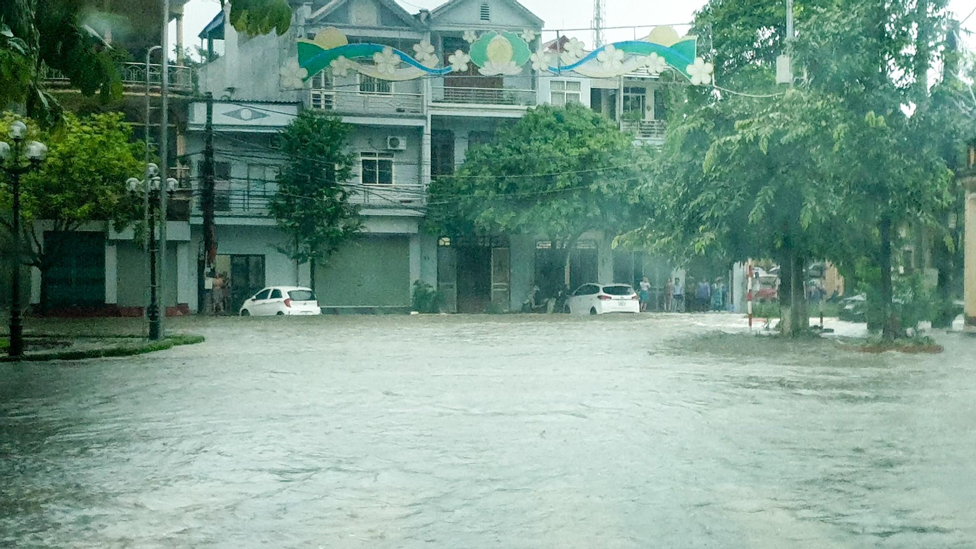 Sau trận mưa lớn kéo dài,  TP Thái Nguyên ngập sâu trong biển nước25