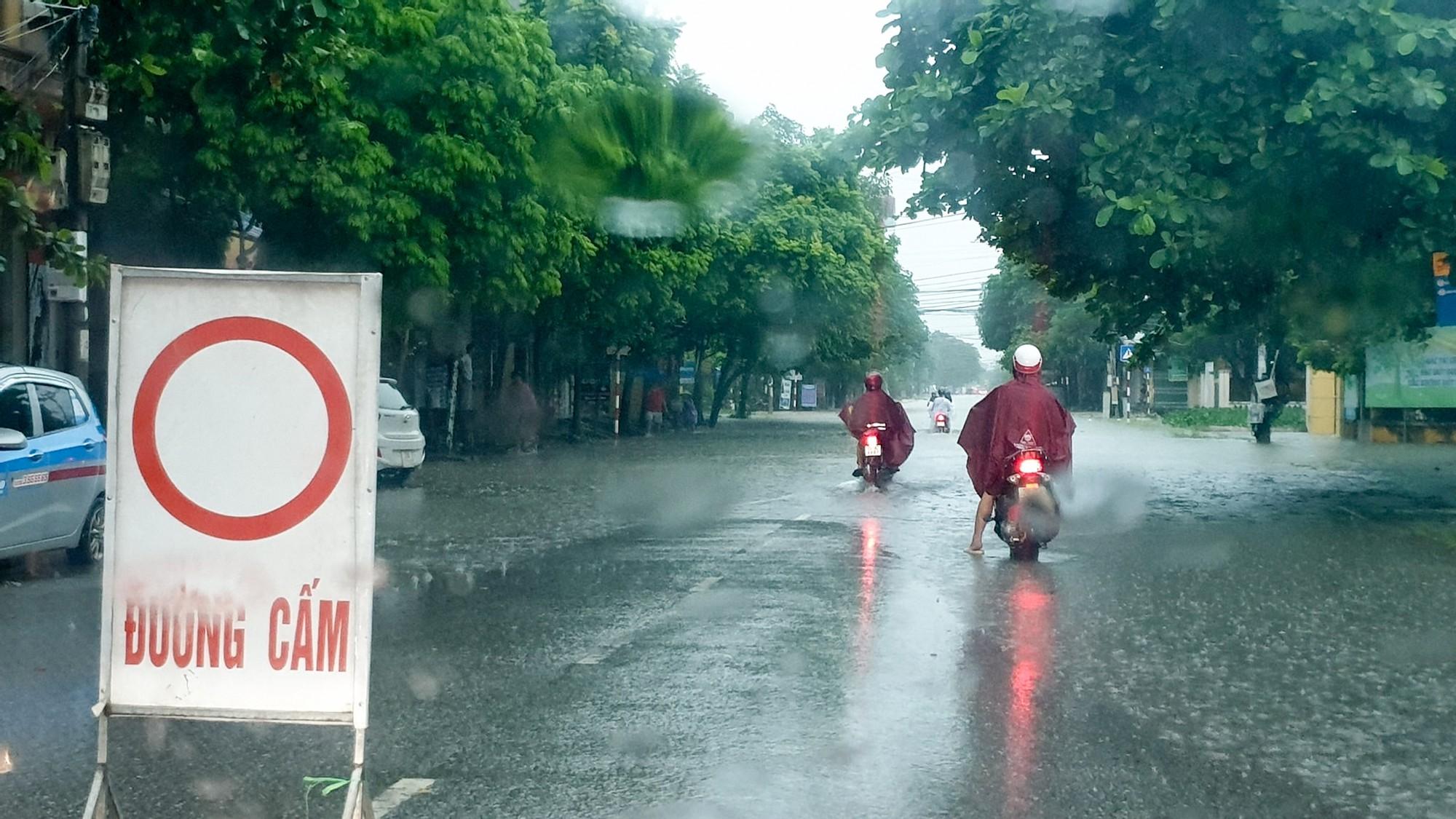 Sau trận mưa lớn kéo dài,  TP Thái Nguyên ngập sâu trong biển nước26