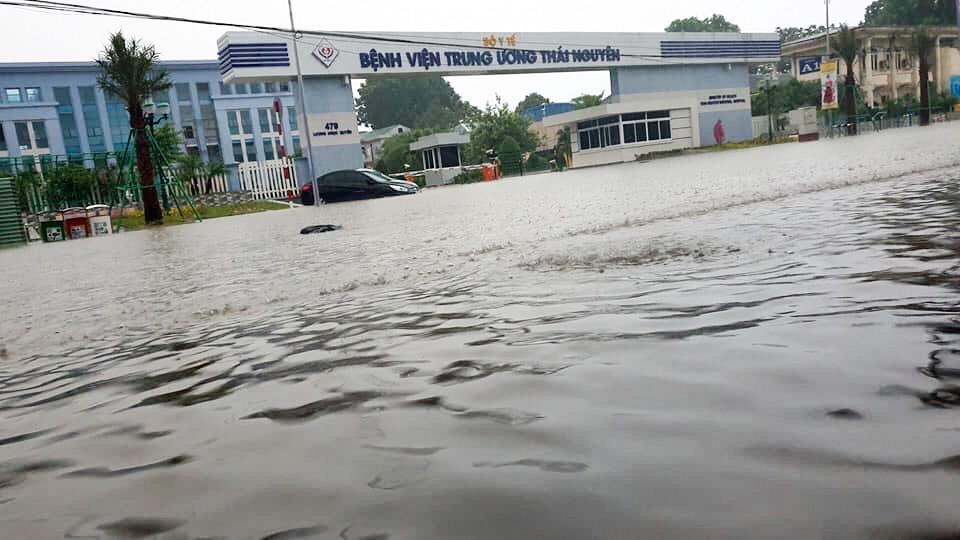 Sau trận mưa lớn kéo dài,  TP Thái Nguyên ngập sâu trong biển nước7