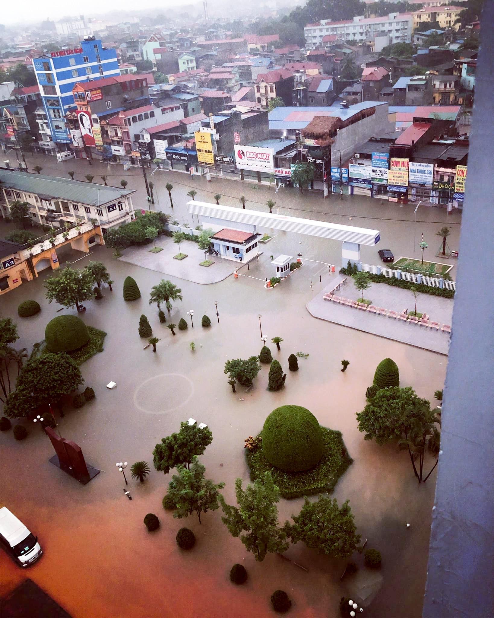 Sau trận mưa lớn kéo dài,  TP Thái Nguyên ngập sâu trong biển nước8