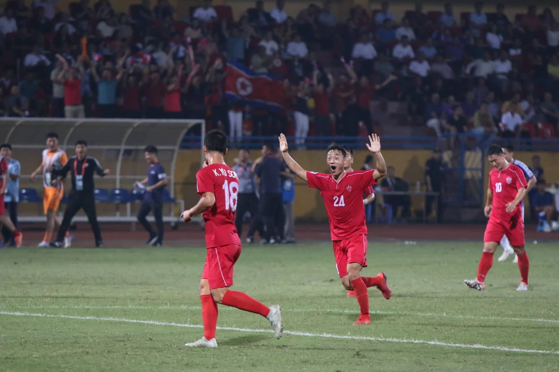 Hình ảnh: Hòa đáng tiếc, Hà Nội FC để vàng rơi cuối trận số 2
