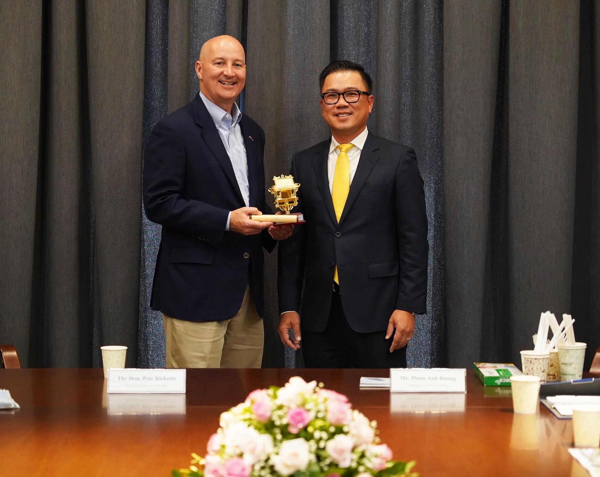 Chu tich An Phat Holdings tang qua thong doc bang Nebraska (1)